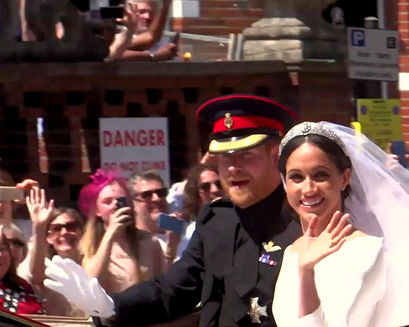 File:Prince Harry and Meghan's carriage procession through streets of  Windsor 03.jpg - Wikimedia Commons