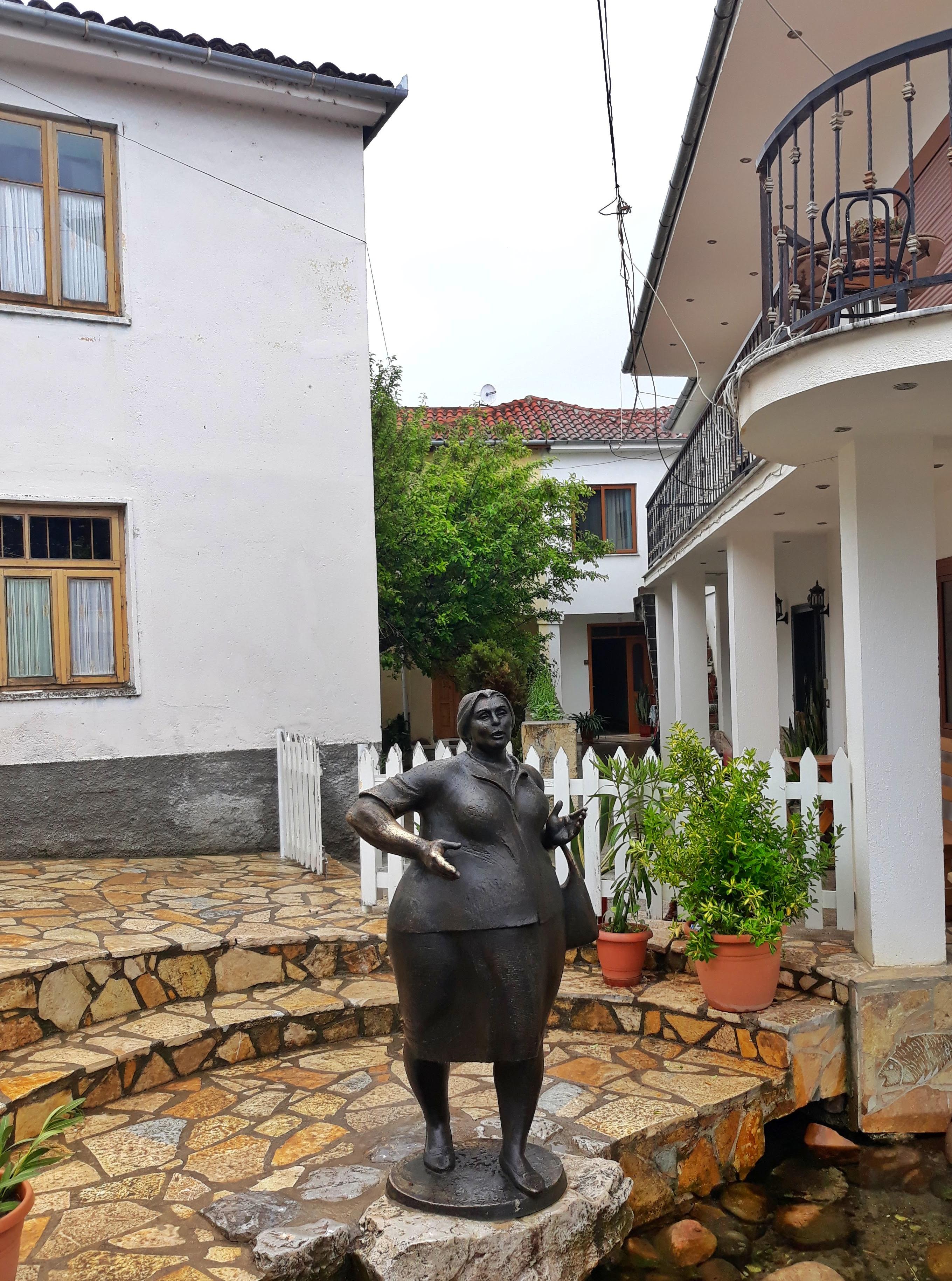 File:Statue,Ollga.jpg - Wikimedia Commons