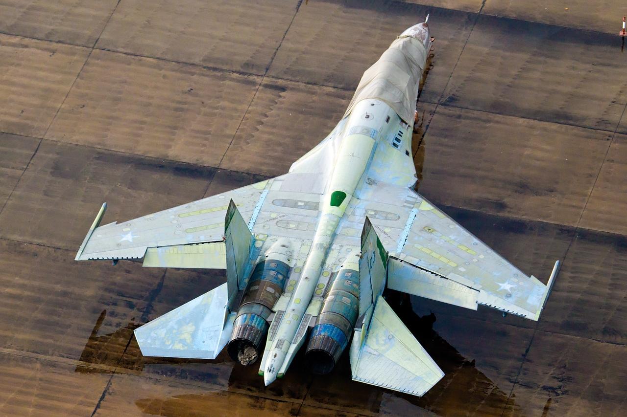 Sukhoi_Su-27%2C_Russia_-_Air_Force_AN209