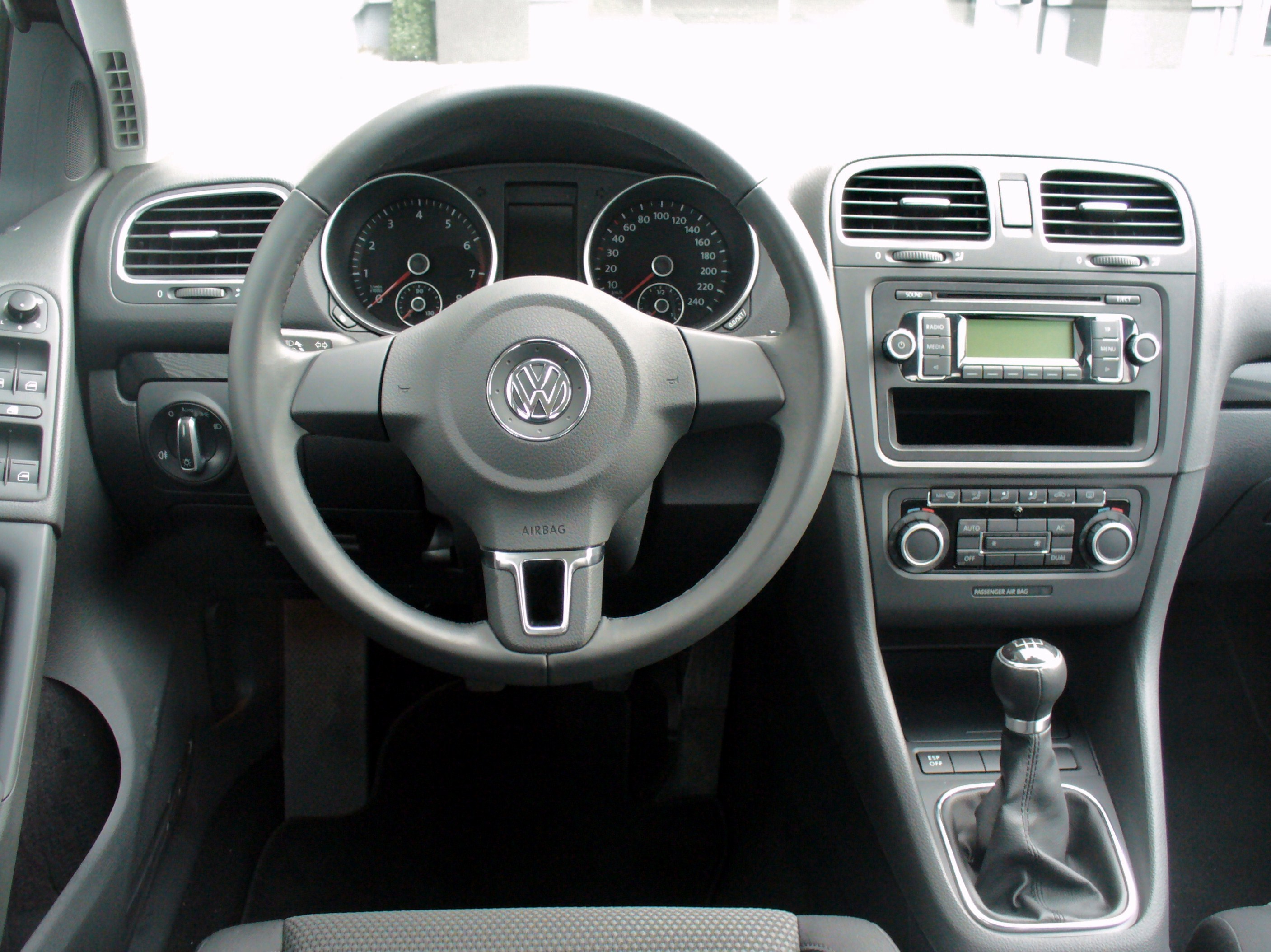 file vw golf vi 1 6 comfortline deep black interieur jpg wikimedia commons. Black Bedroom Furniture Sets. Home Design Ideas