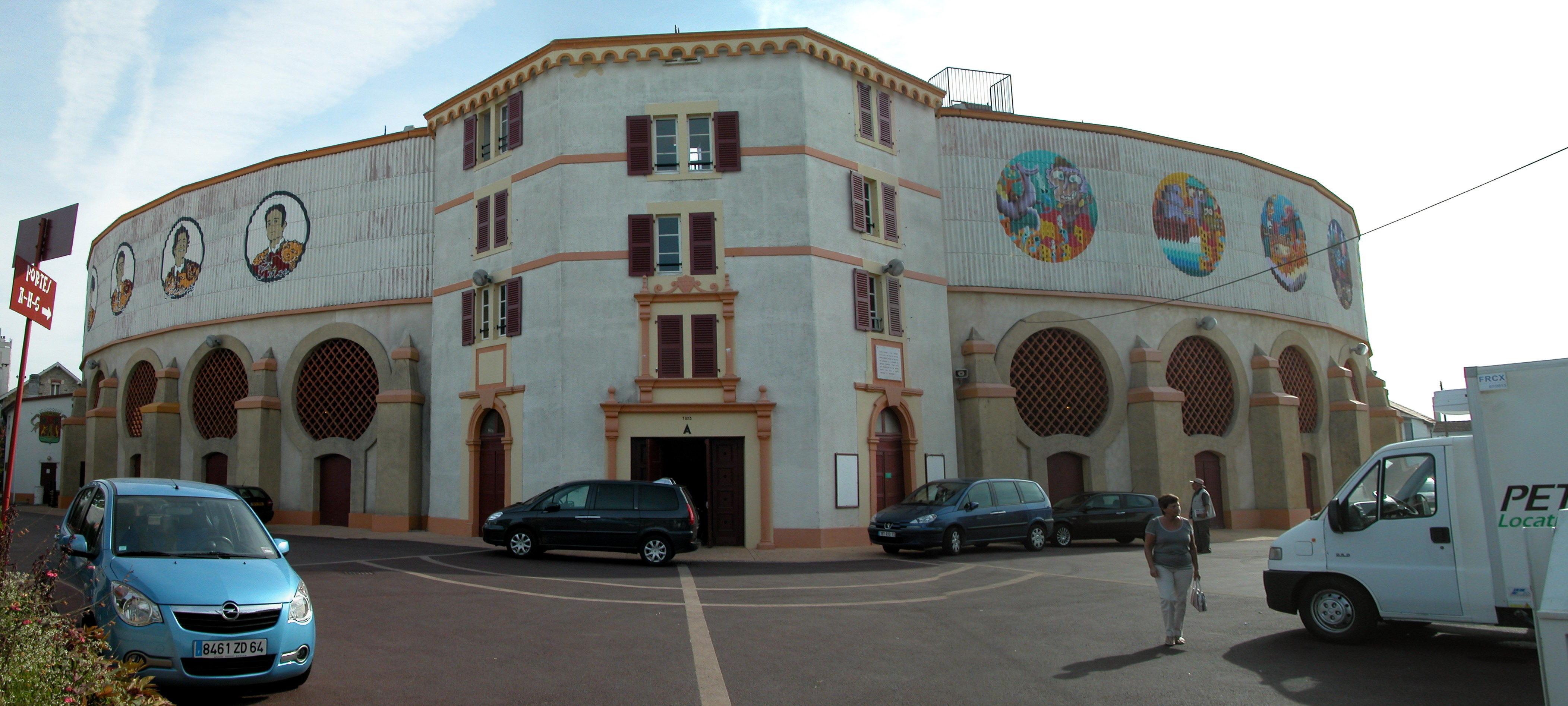 http://upload.wikimedia.org/wikipedia/commons/2/2d/Arenes_bayonne_exterieur.jpg
