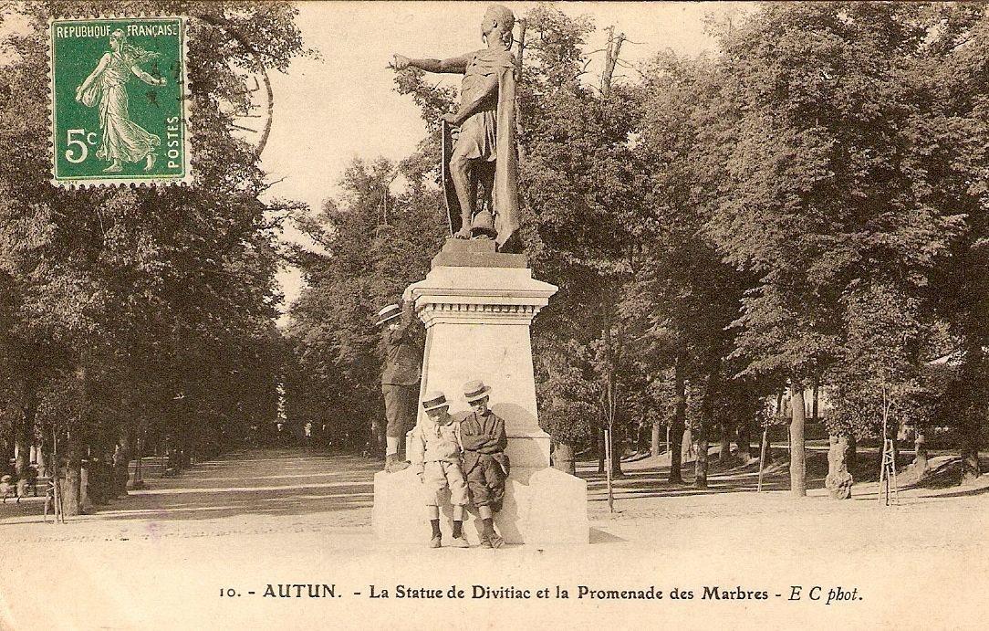 Autun - La Statue de Divitiac et la Promenade des Marbres.jpg