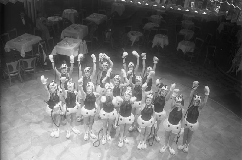 File:Bundesarchiv Bild 102-11036, Berlin, Micki-Maus-Revue-Girls.jpg
