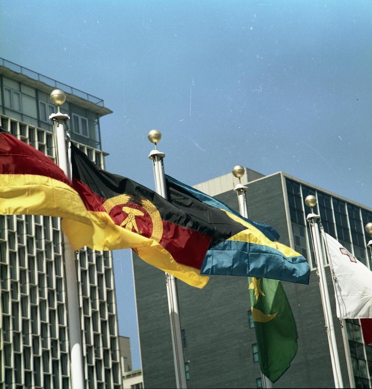 Variante in Schwarz-Weinrot-Gold:Flaggen der Bundesrepublik und der DDR vor dem UNO-Gebäude in New York (1973)