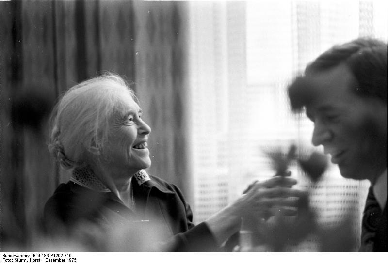 Bundesarchiv Bild 183-P1202-316, Anna Seghers, Schriftstellerin