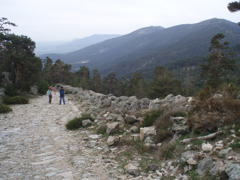 http://upload.wikimedia.org/wikipedia/commons/2/2d/Calzada_romana_y_valle_de_la_Fuenfr%C3%ADa.JPG