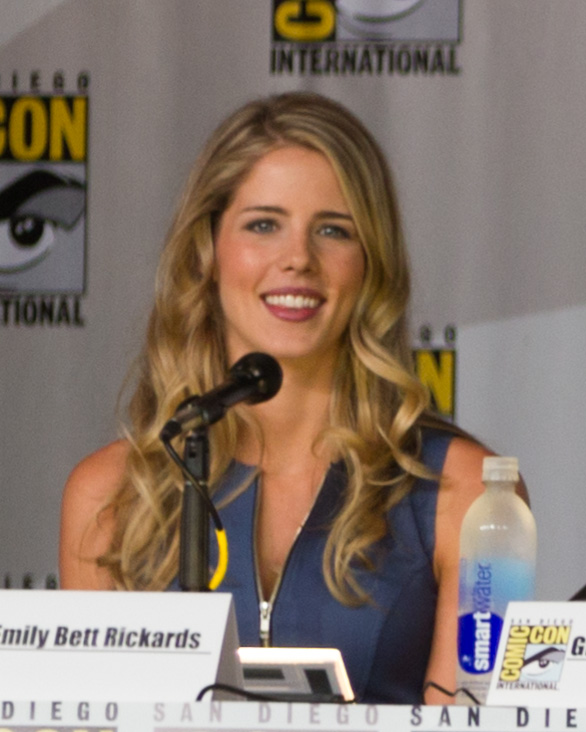 File Emily Bett Rickards At The 2013 Comic Con Jpg Wikimedia Commons