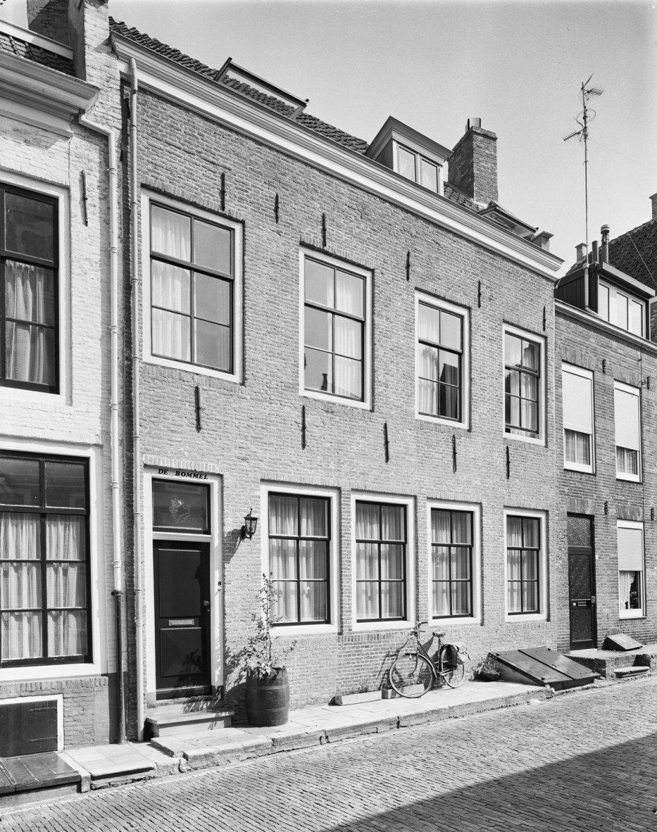 Huis met geverfde rechte gevel in middelburg monument - Decoratie gevel exterieur huis ...