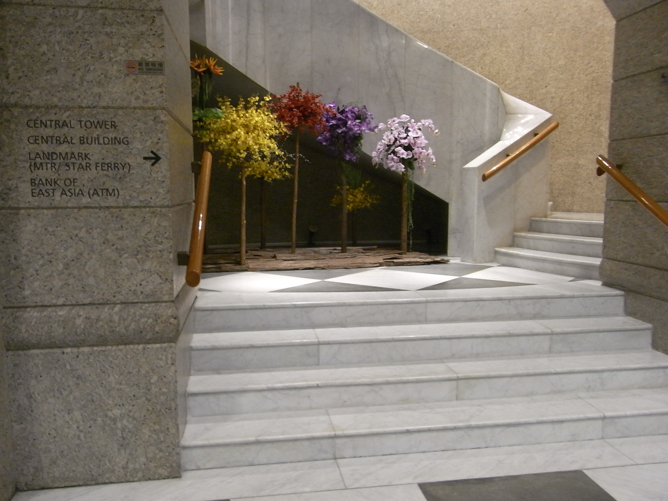 File:HK Central Night 娛樂行 Entertainment Building Interior 03 White Marble  Stairs Artificial Flowers