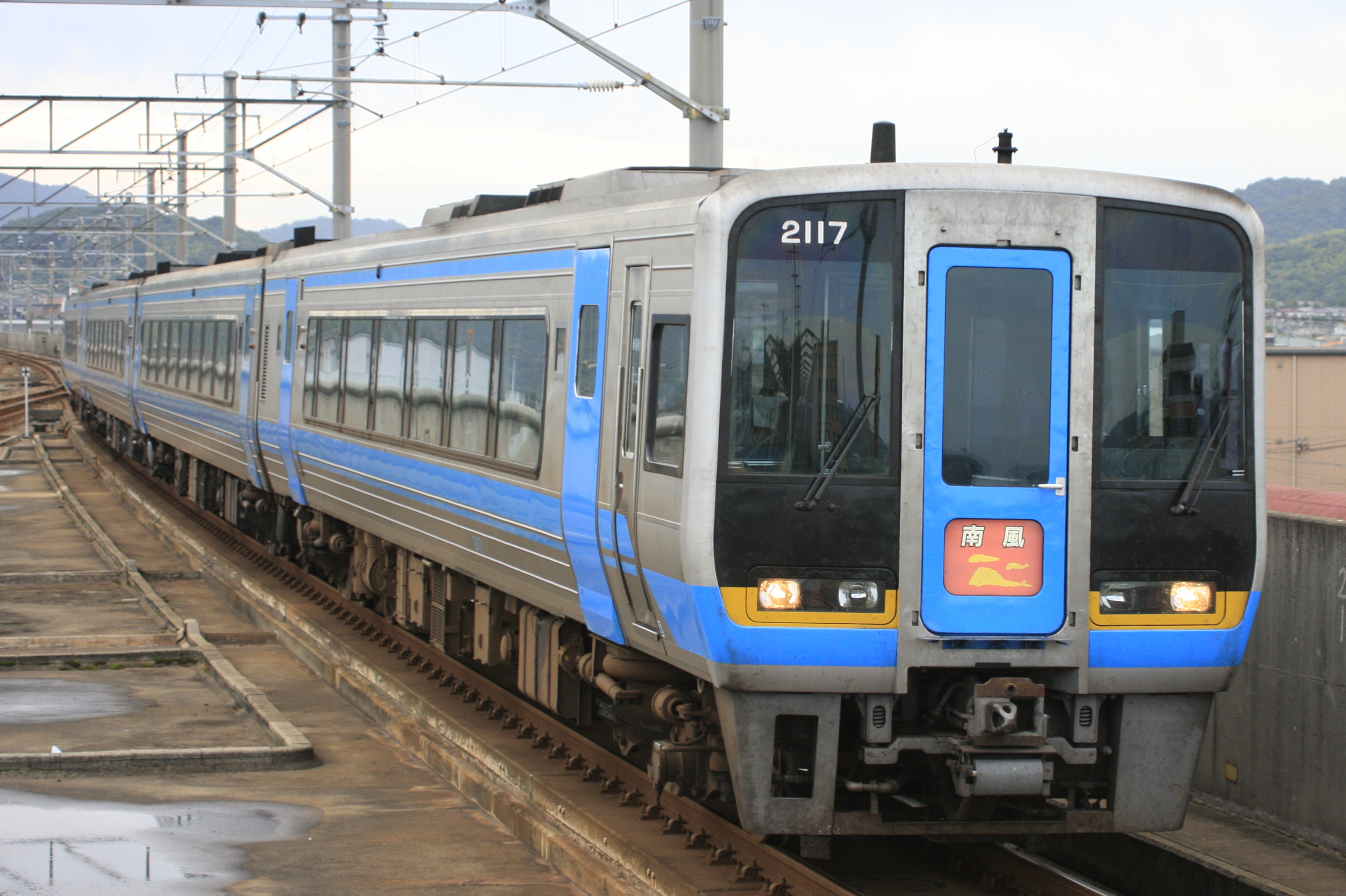 https://upload.wikimedia.org/wikipedia/commons/2/2d/JR_Shikoku_Series_2000_Using_Special_express_Nanpuu.JPG