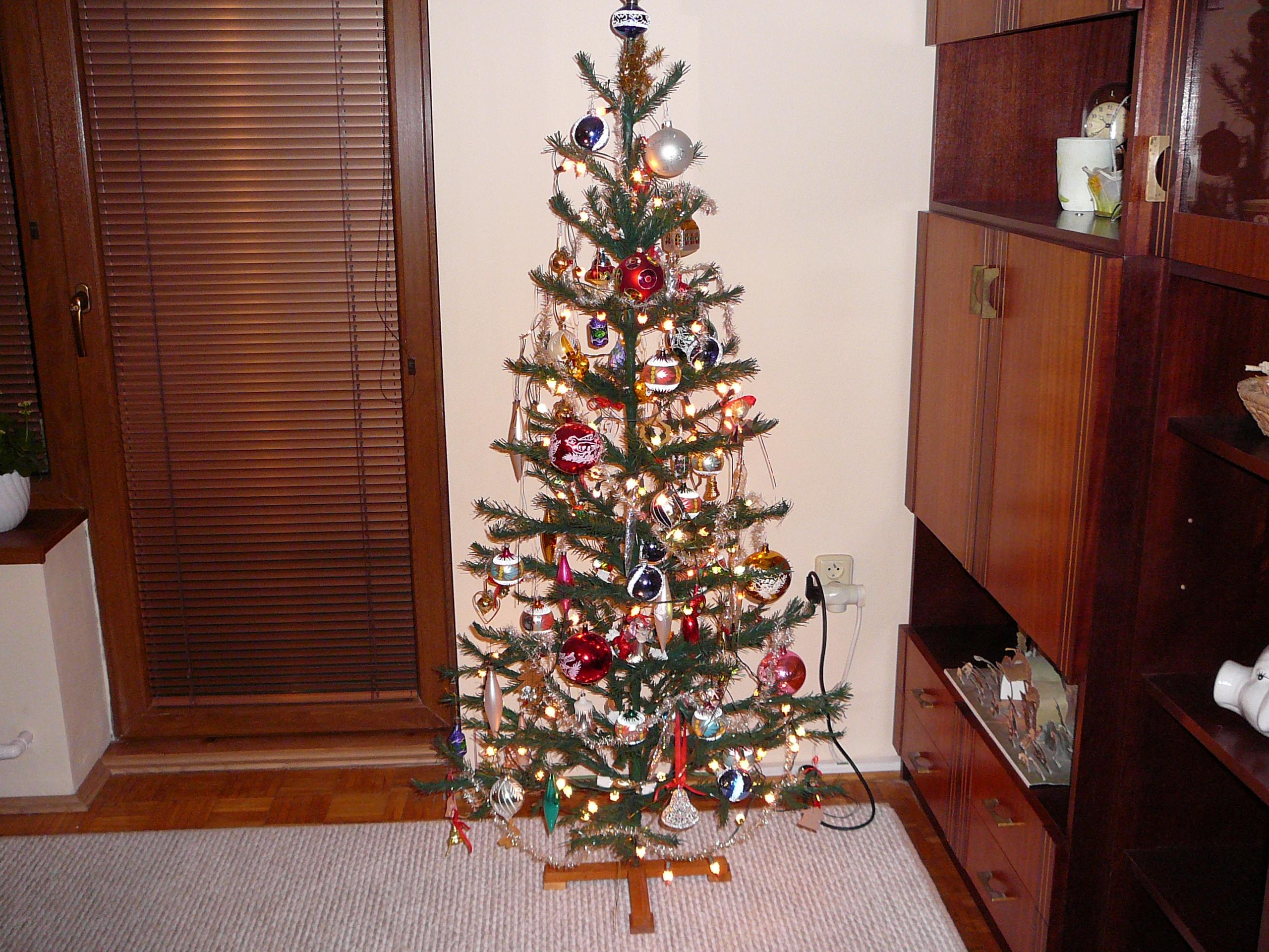 File:Kitsch Christmas tree.jpg - Wikimedia Commons