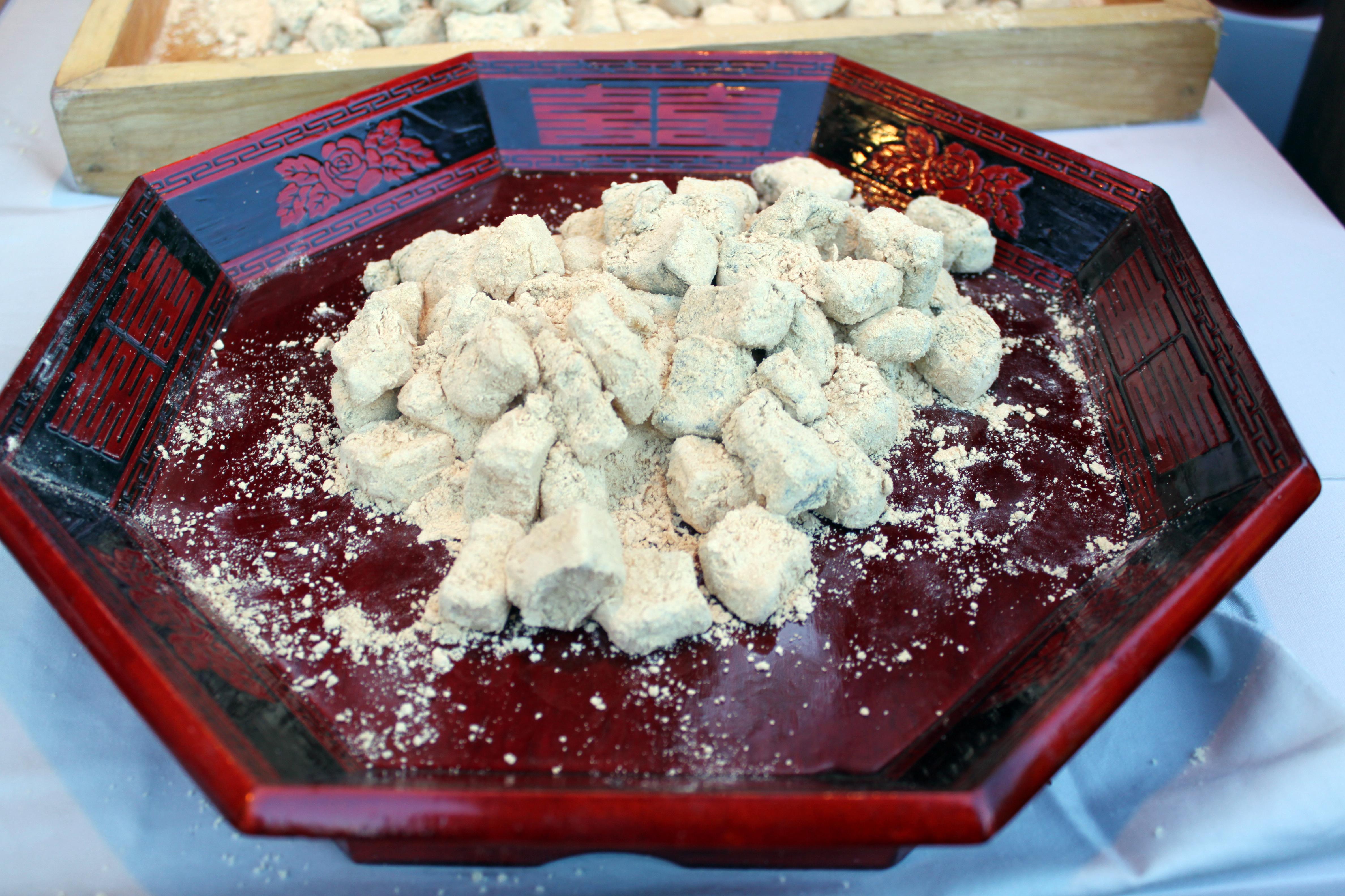 Korean rice cake with soybean powder-Injeolmi-01.jpg