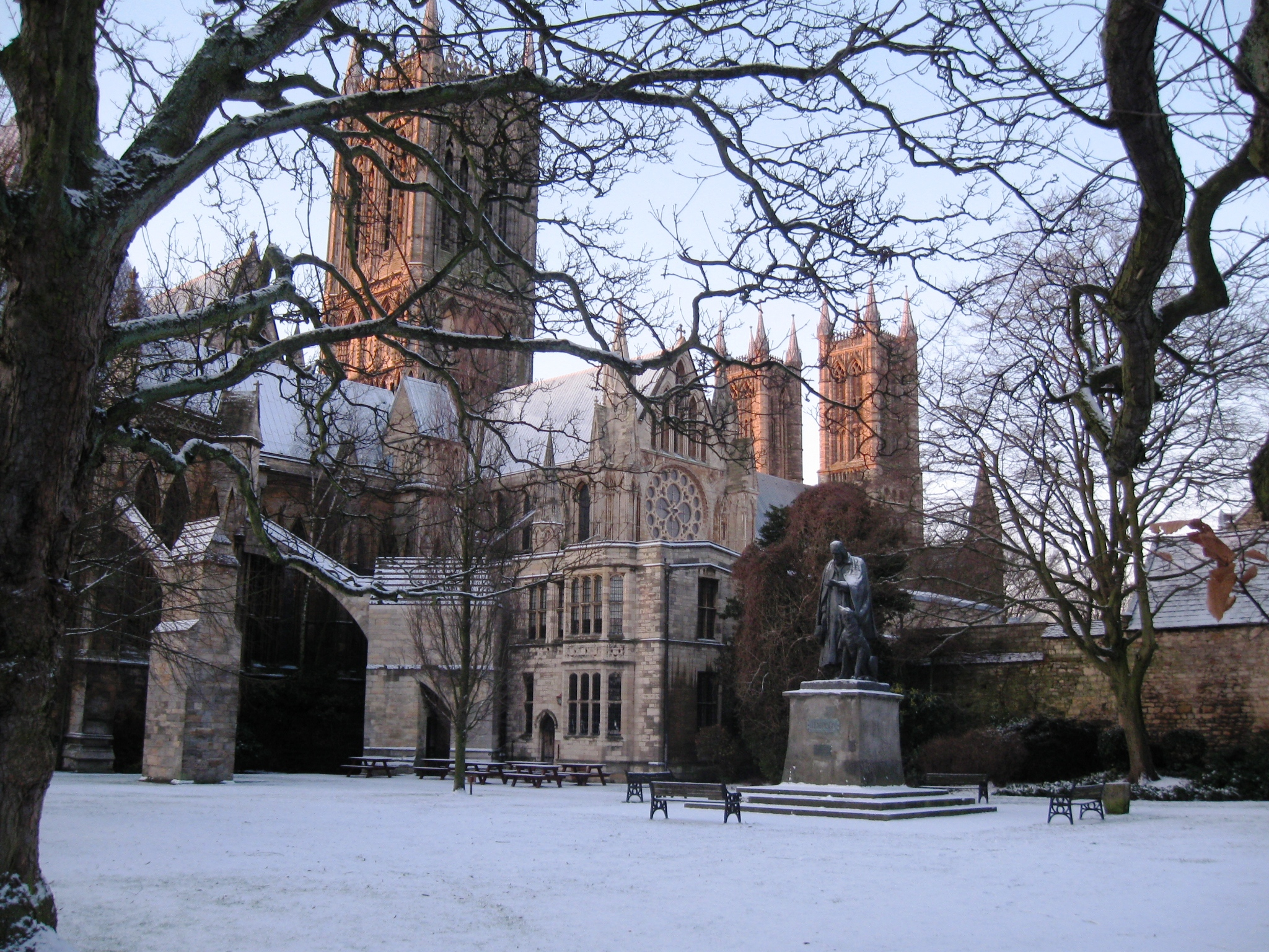 File Lincoln Cathedral In Snow Jpg Wikimedia Commons