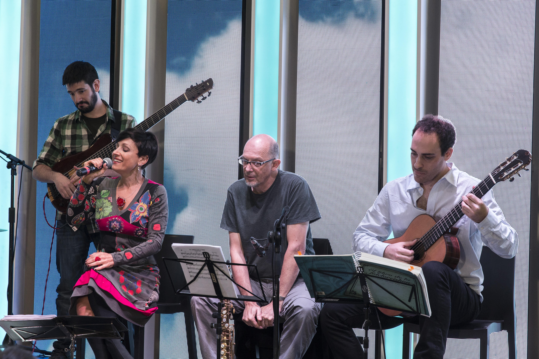Lorena Astudillo en la presentación del libro Folcloréishon, en la 41.ª Feria Internacional del Libro de Buenos Aires, 24 de abril de 2015, junto con los músicos Federico Beilinson, Pablo Gindre y Joaquín Zaidman.