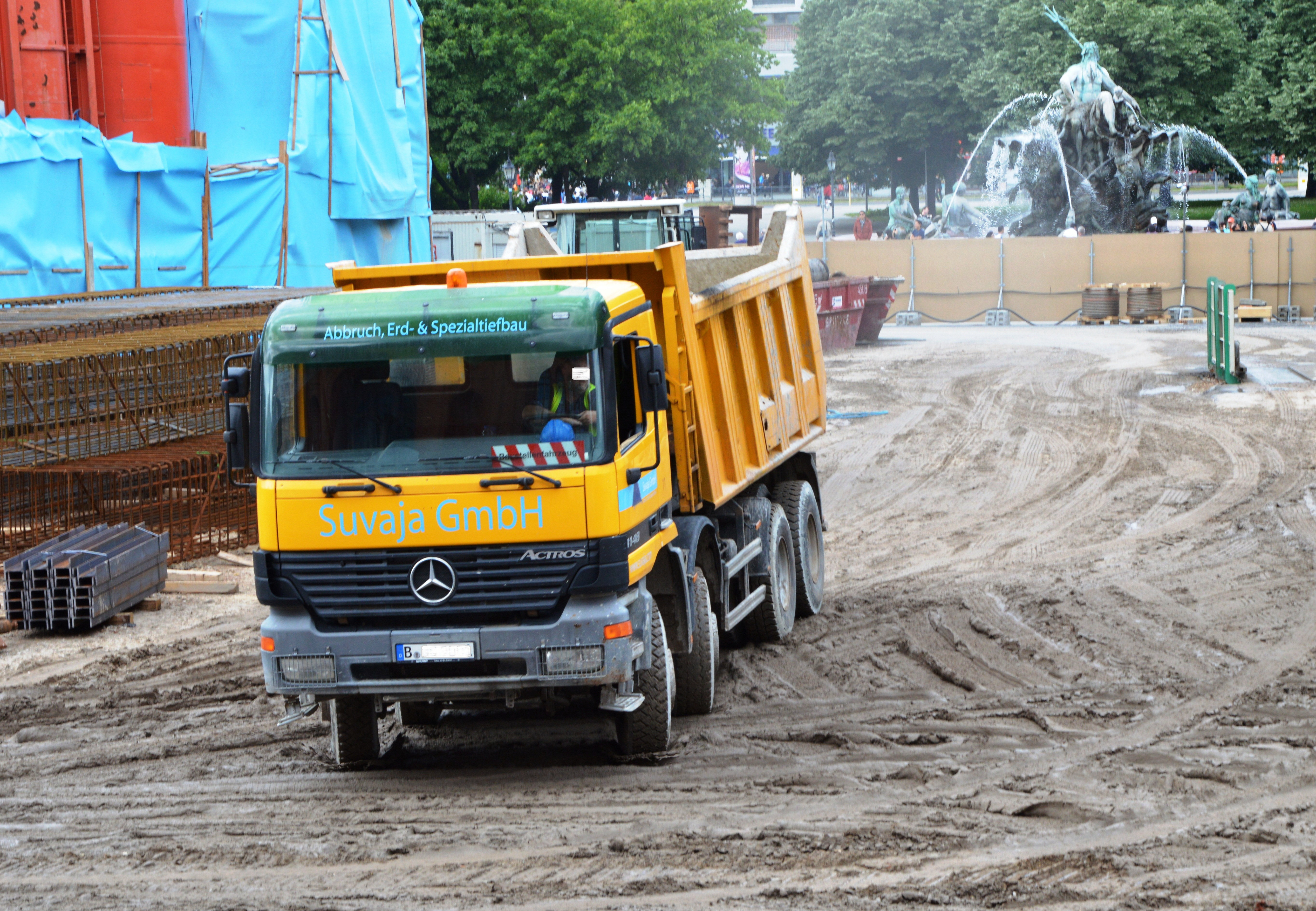 File:Mercedes Benz Actros 4148 Dump Truck Near Neptunbrunnen In Berlin.  Spielvogel 2013