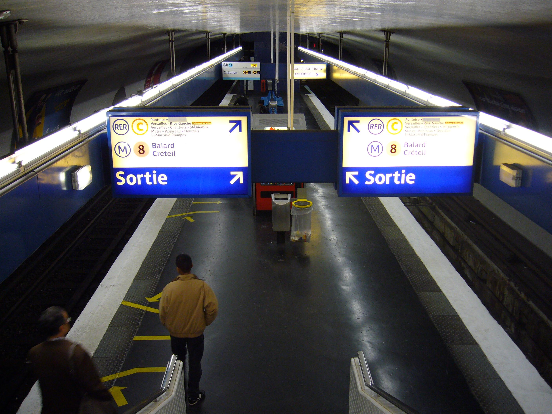 les invalides metro