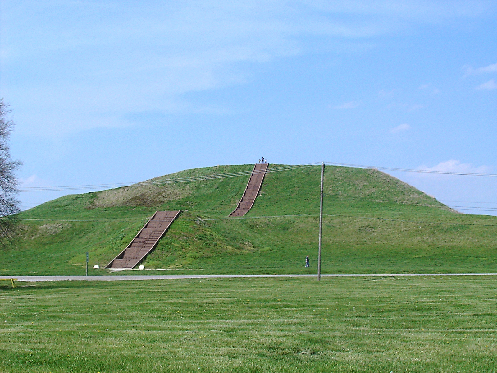 http://upload.wikimedia.org/wikipedia/commons/2/2d/Monks_Mound_in_July.JPG