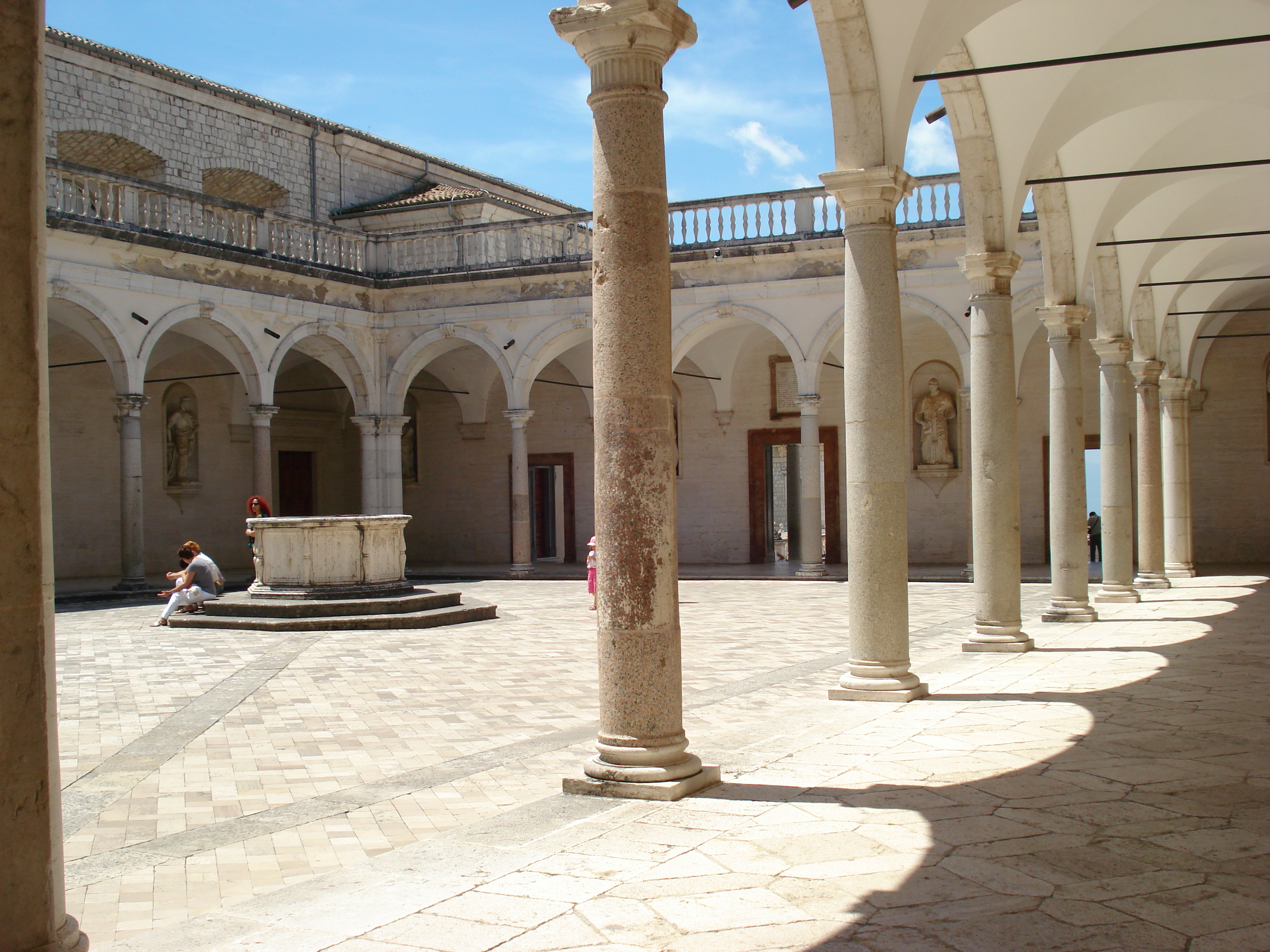 Description Monte Cassino Abbey (one of the courtyards).JPG