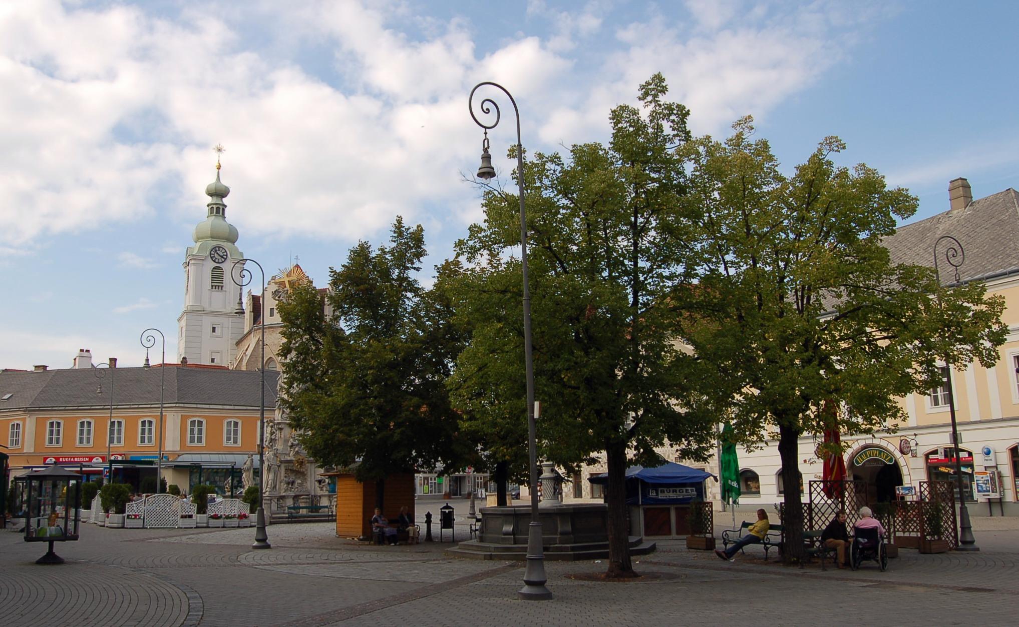 Neunkirchen noe Hauptplatz.JPG