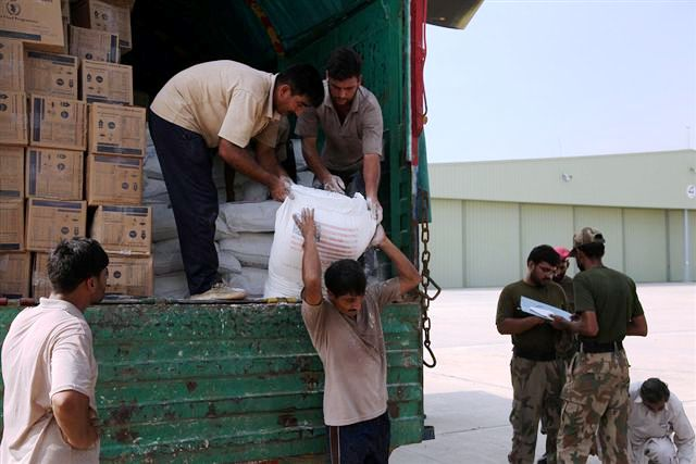 File:Pakistani Workers Unload Sacks of Flour from a Truck into a U.S. Army Helicopter (4866213842).jpg