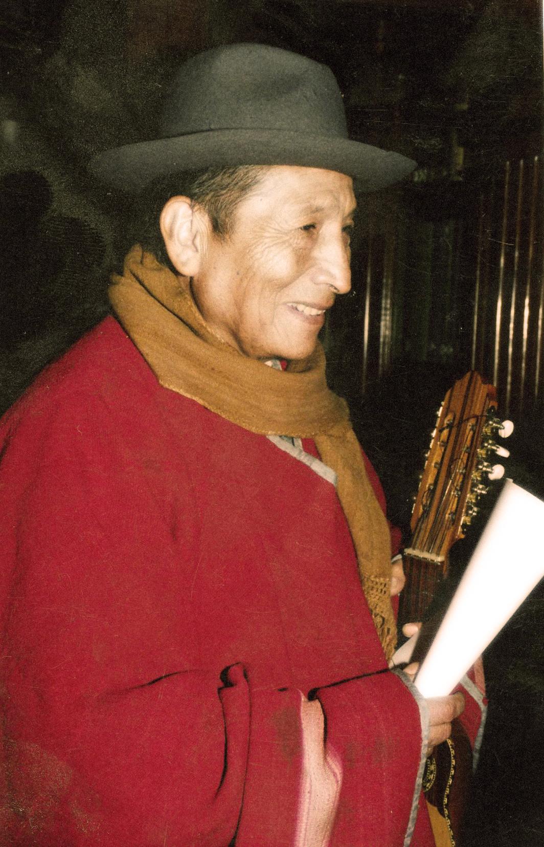 Pedro Humire con su charango y poesía Aymara.