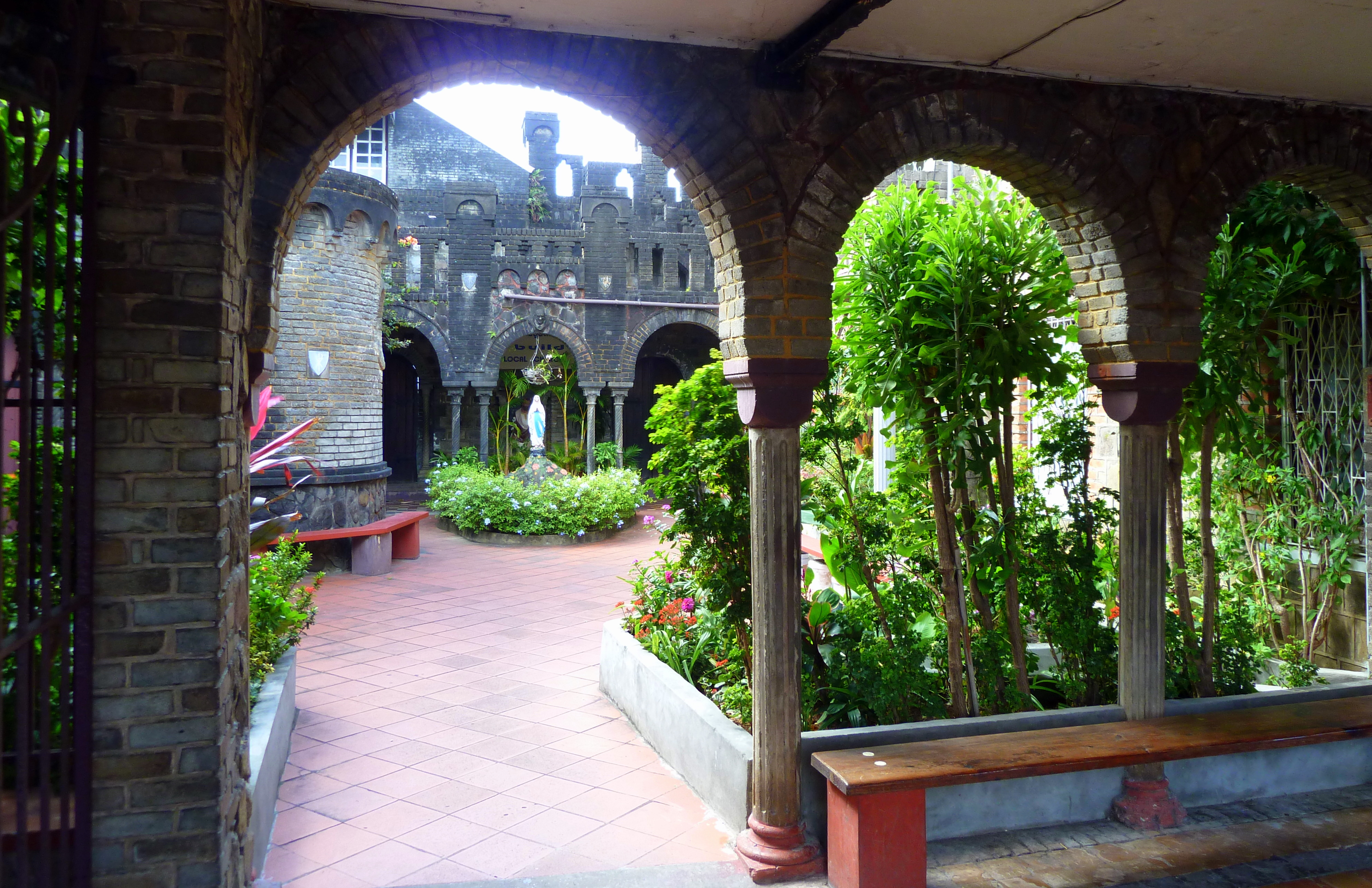 File st vincent karibik st mary 39 s r c cathedral for Courtyard landscape oostburg wi