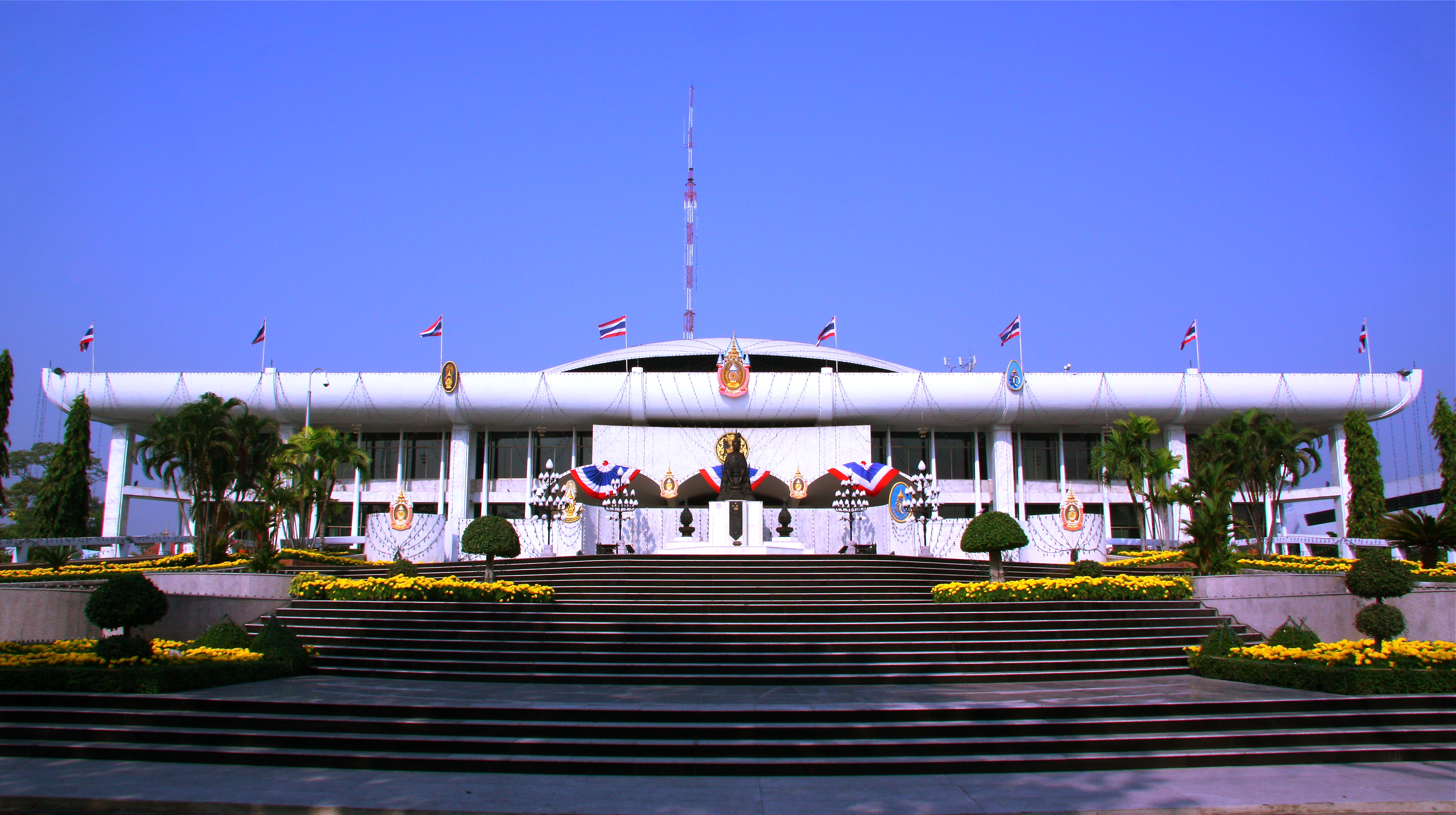 http://upload.wikimedia.org/wikipedia/commons/2/2d/Thai_Parliament_House.JPG