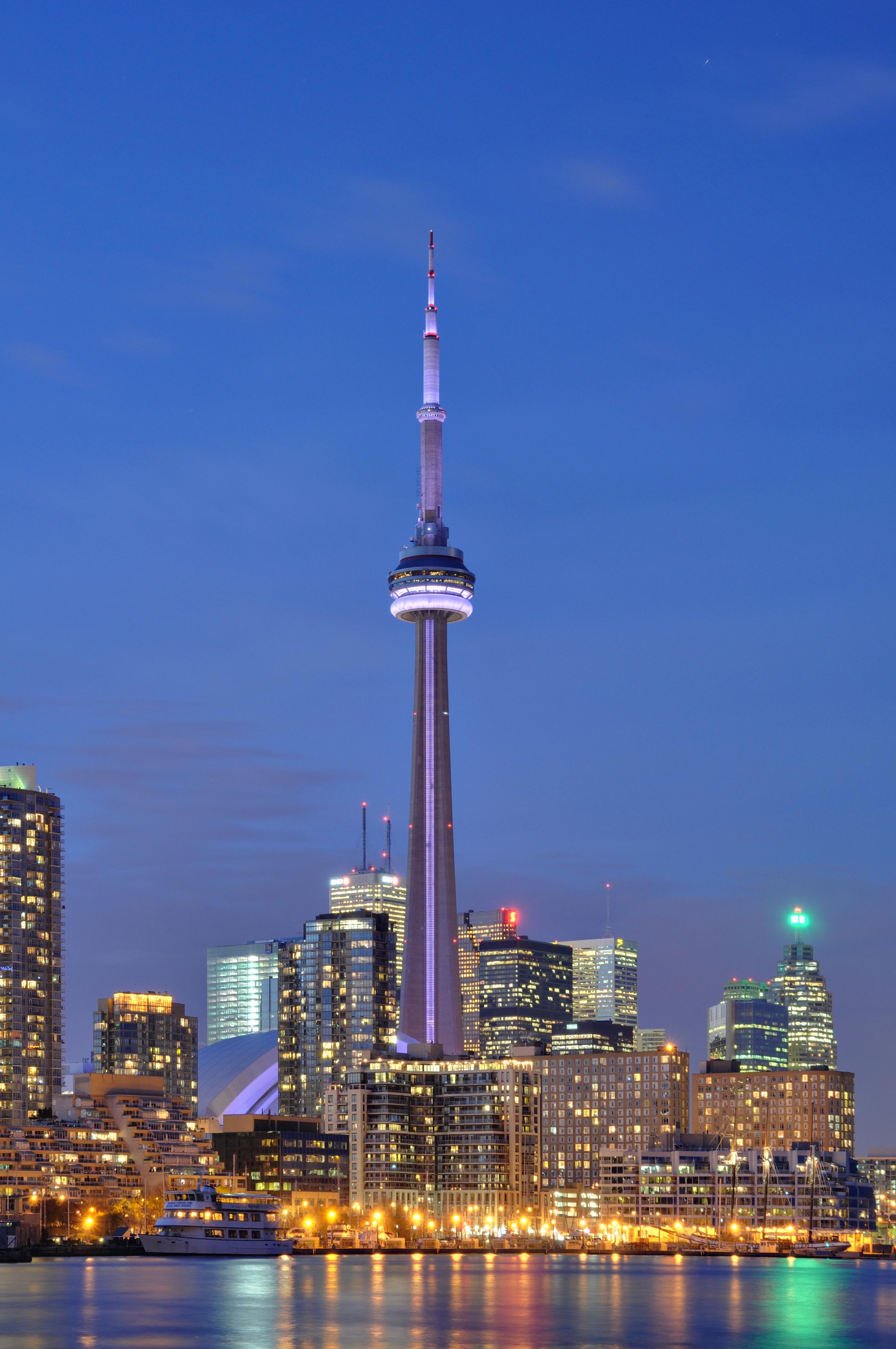 Toronto - ON - CN Tower bei Nacht2.jpg