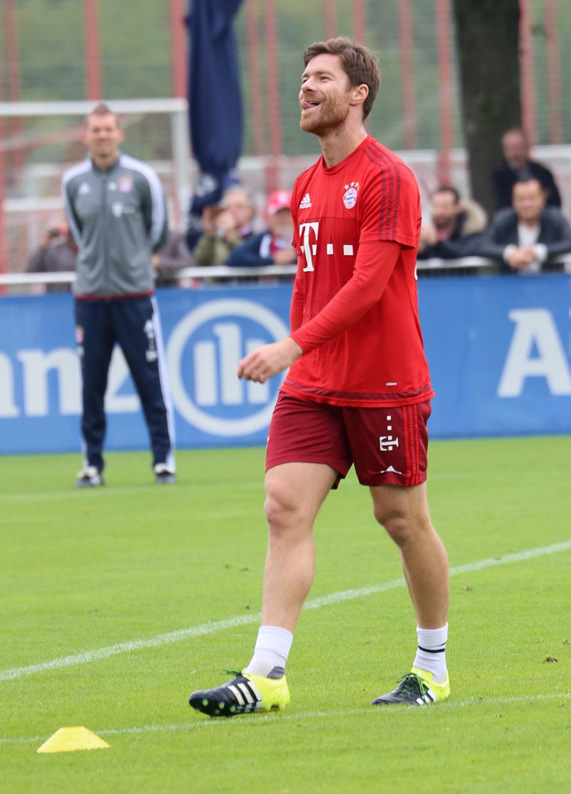 File Xabi Alonso Training FC Bayern München 5 Wikimedia mons
