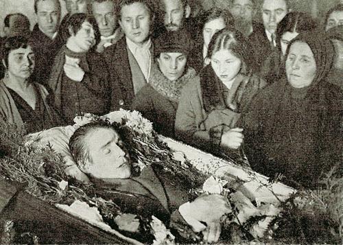 Похороны. Слева— вторая жена Есенина Зинаида Райх (с поднятой рукой) и Всеволод Мейерхольд, справа— сестра Екатерина и мать Татьяна Фёдоровна