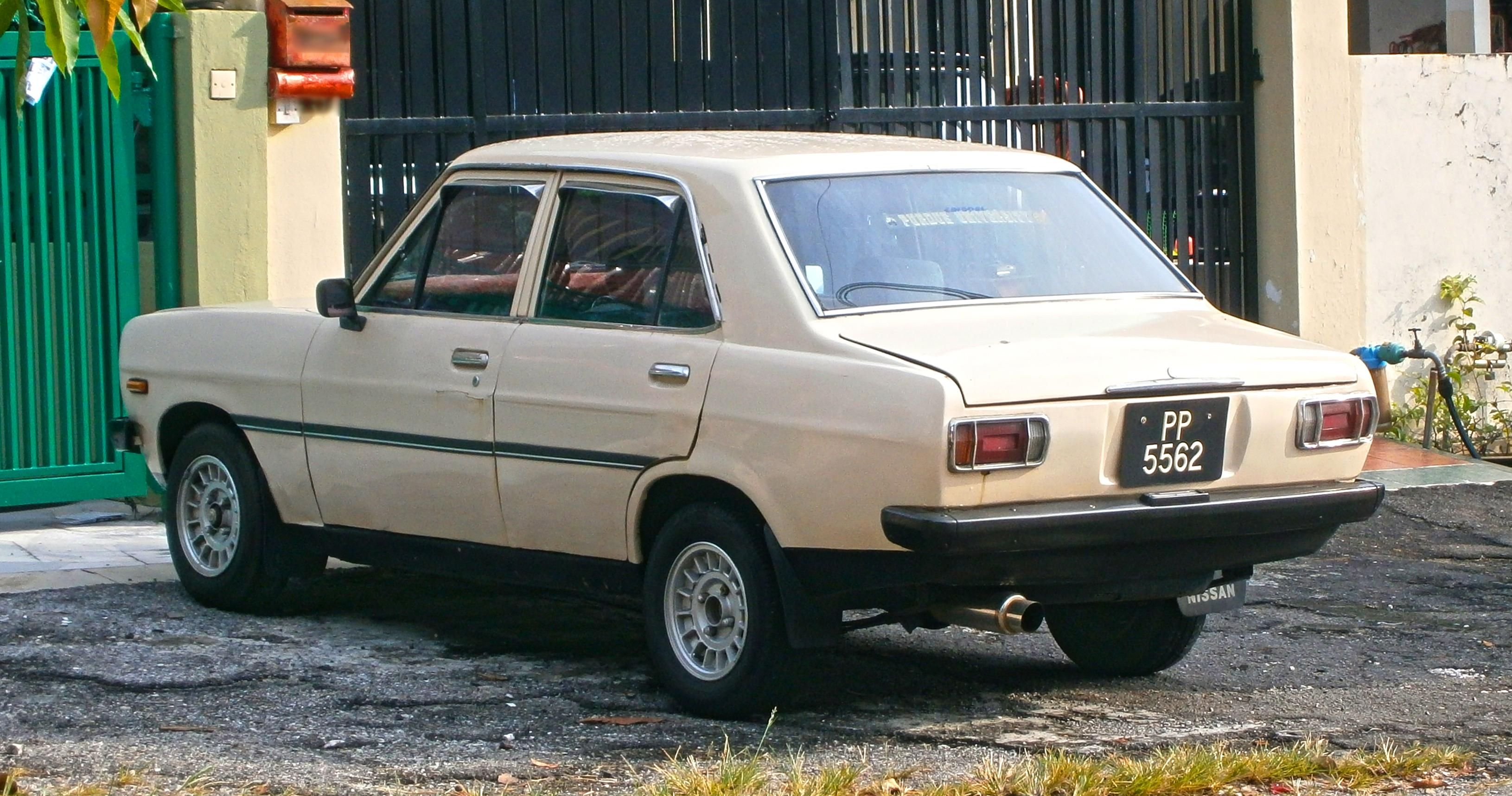 File:1970–1973 Datsun 1200 (B110) 4-door saloon ...