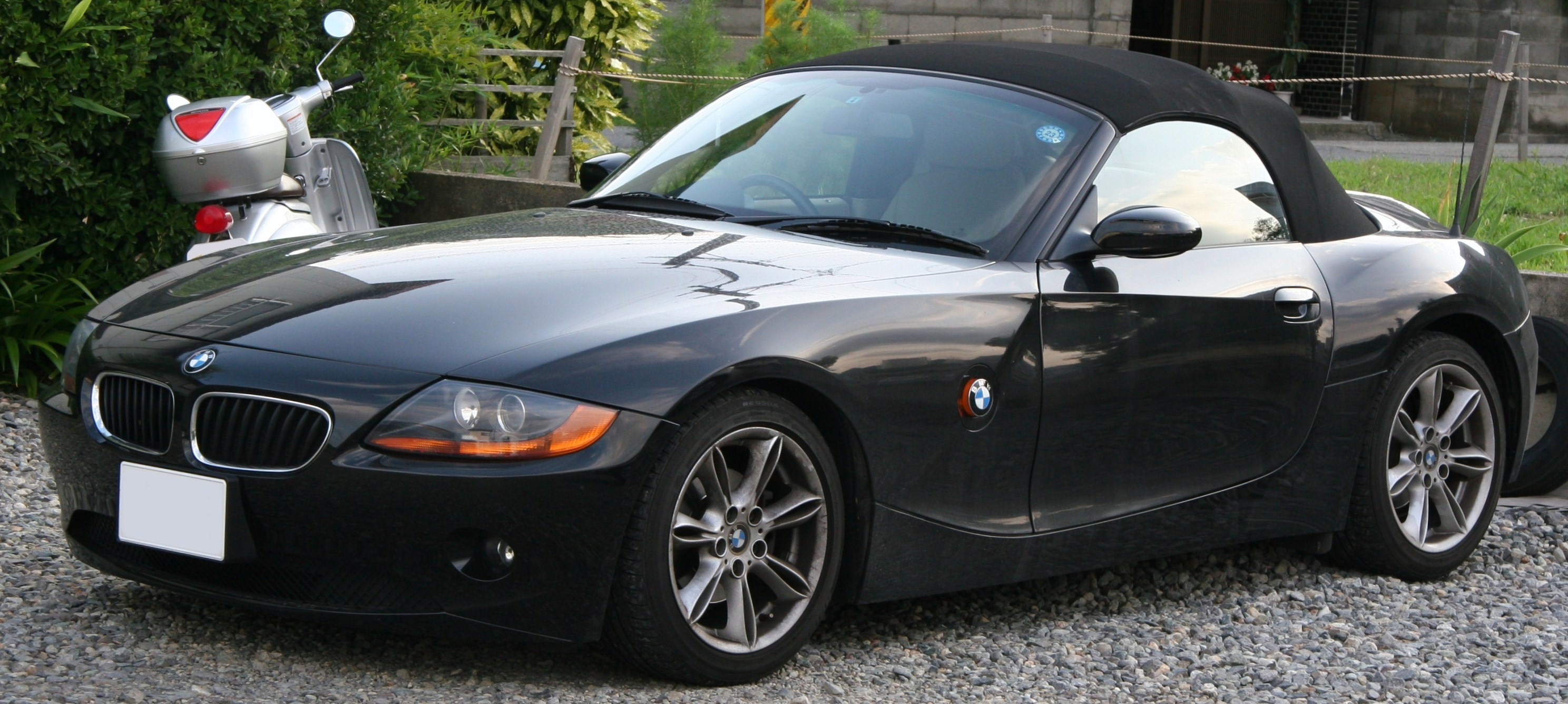 File:2003-2006 BMW Z4 Roadster.jpg - Wikimedia Commons