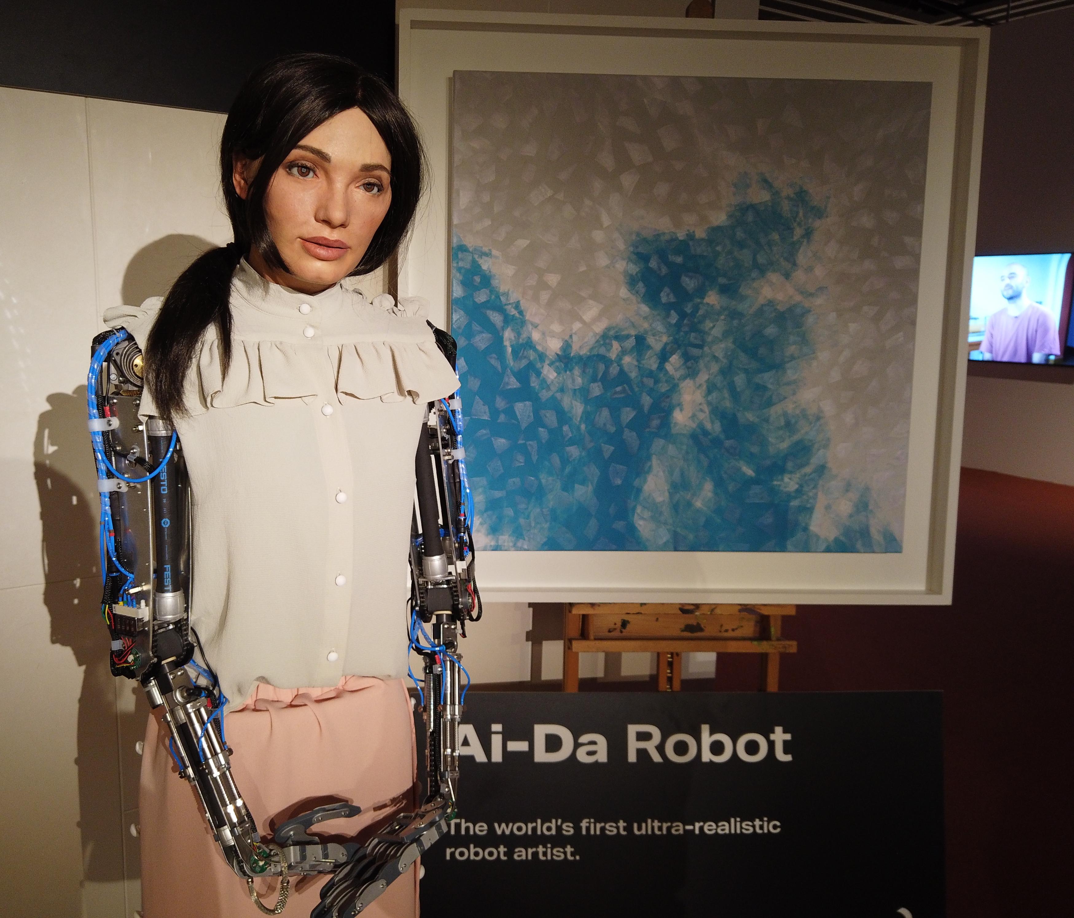 File:Ai-Da Robot at Abu Dhabi Art.jpg - Wikimedia Commons