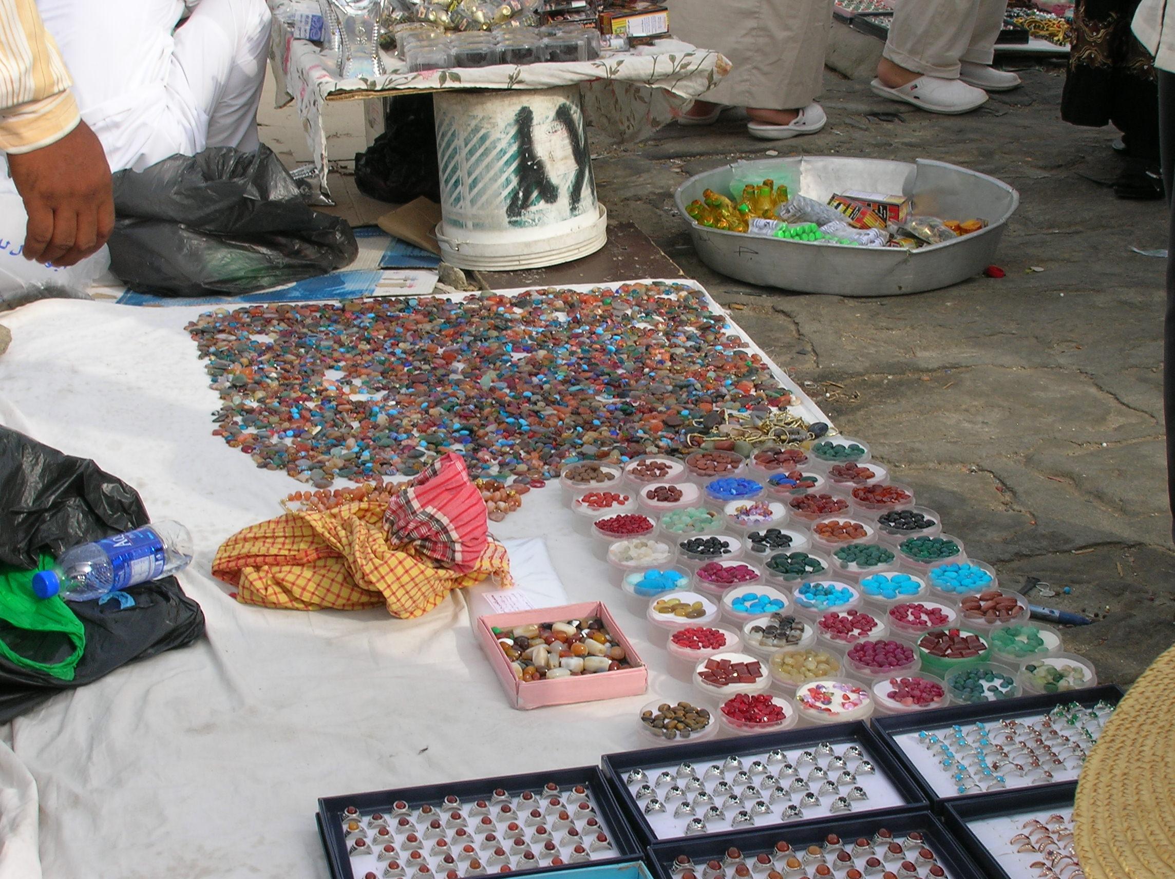 File:Batu akik yang dijual di dataran puncak Jabal Rahmah, Mekah.jpg