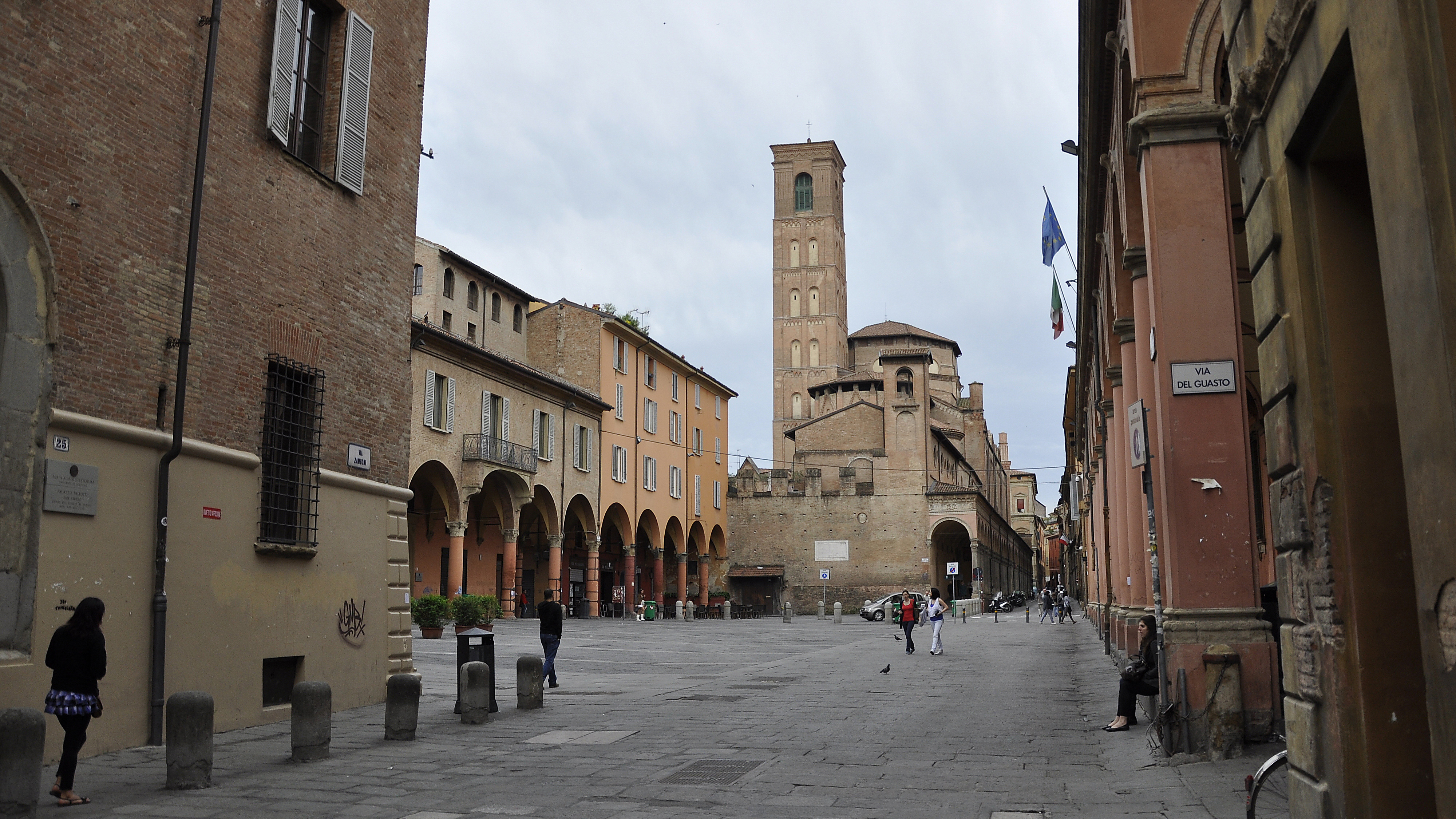 https://upload.wikimedia.org/wikipedia/commons/2/2e/Bologna_San_Giacomo_Maggiore_vanaf_Piazza_Giuseppe_Verdi_29-04-2012_10-52-37.jpg