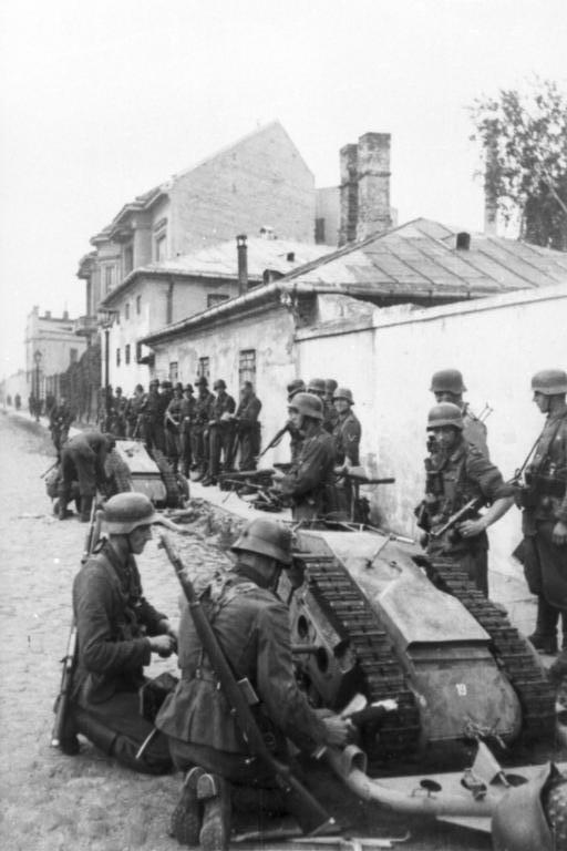 Montaje de un Goliath por alemanes durante el Alzamiento de Varsovia de 1944