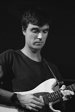 David Byrne mientras tocaba en Talking Heads, 1978.