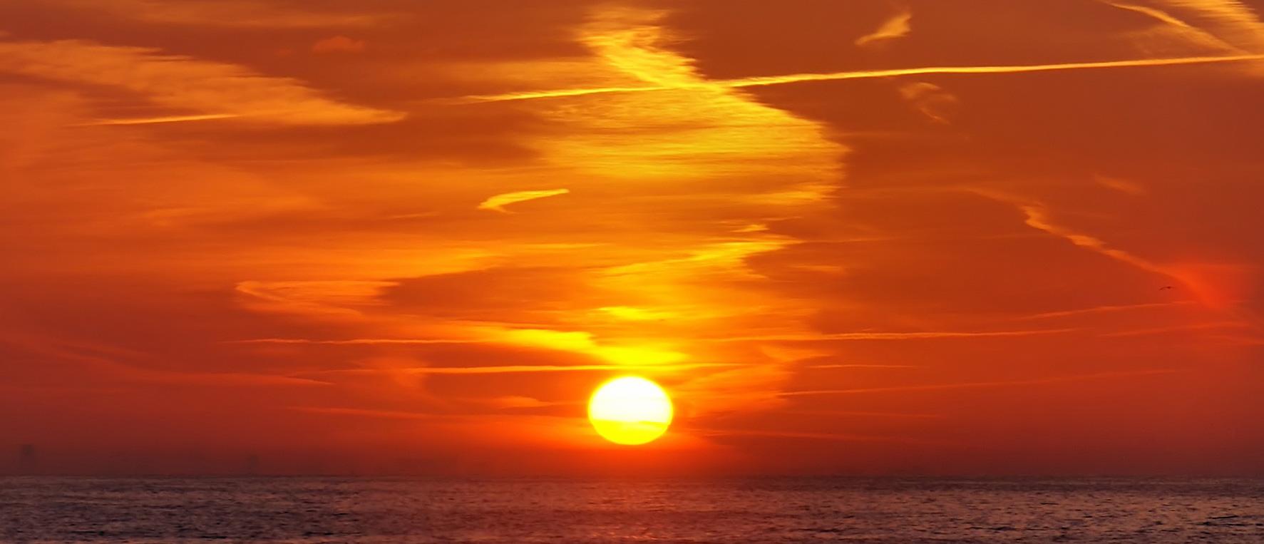 https://upload.wikimedia.org/wikipedia/commons/2/2e/Dawn_over_Oostende_cloud.jpg