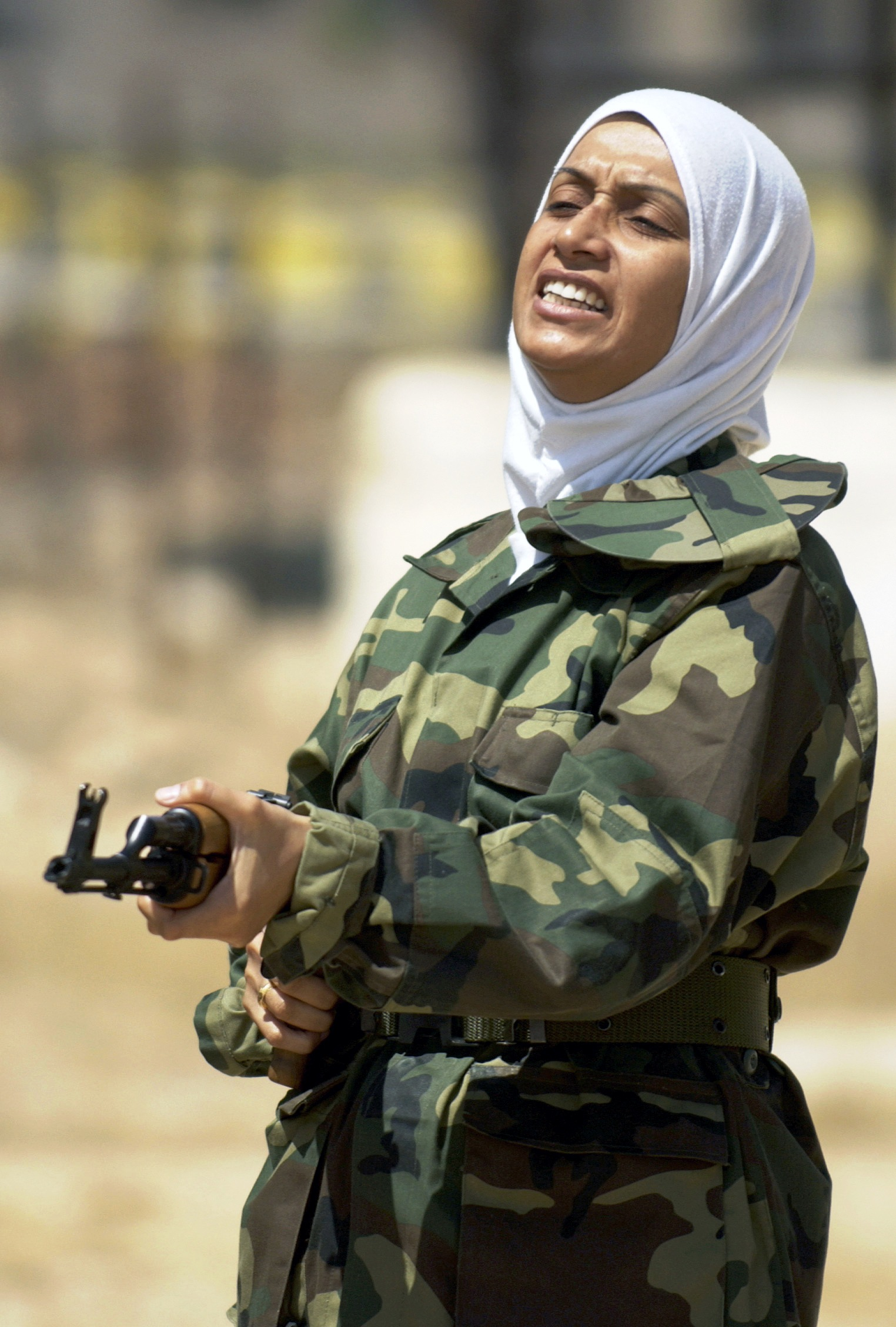 https://upload.wikimedia.org/wikipedia/commons/2/2e/Female_iraqi_soldier_with_a_Kalashnikov.JPEG