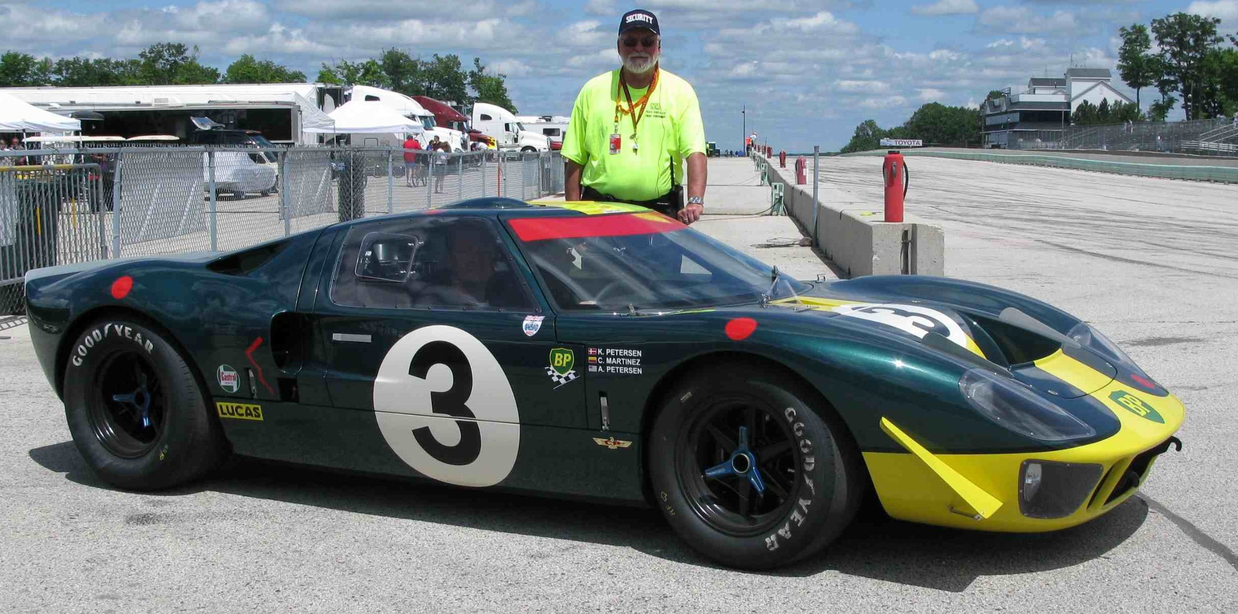 Ford_GT40_P-2090_at_Road_America.jpg