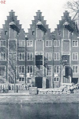 The Greenland warehouses on the Keizersgracht 40-44. Built in 1621. Photo from 1924, two years after the renovation. Originally there were five, of which only these three remain Groenlandschepakhuizen3.jpg
