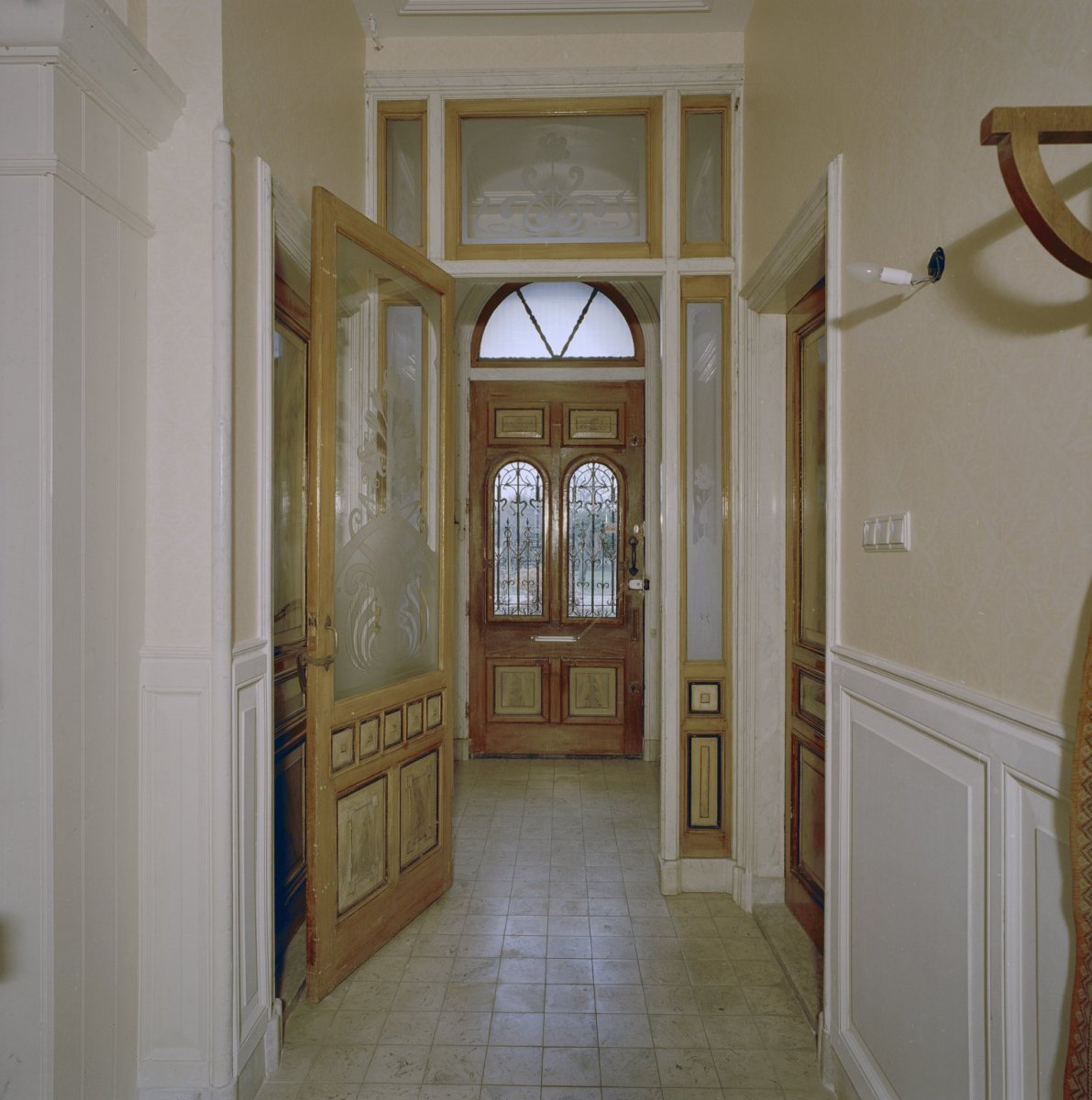 File interieur gedeelte van de gang met openstaande tochtpui en zicht op het tochtportaal met - Deco entreehal ...