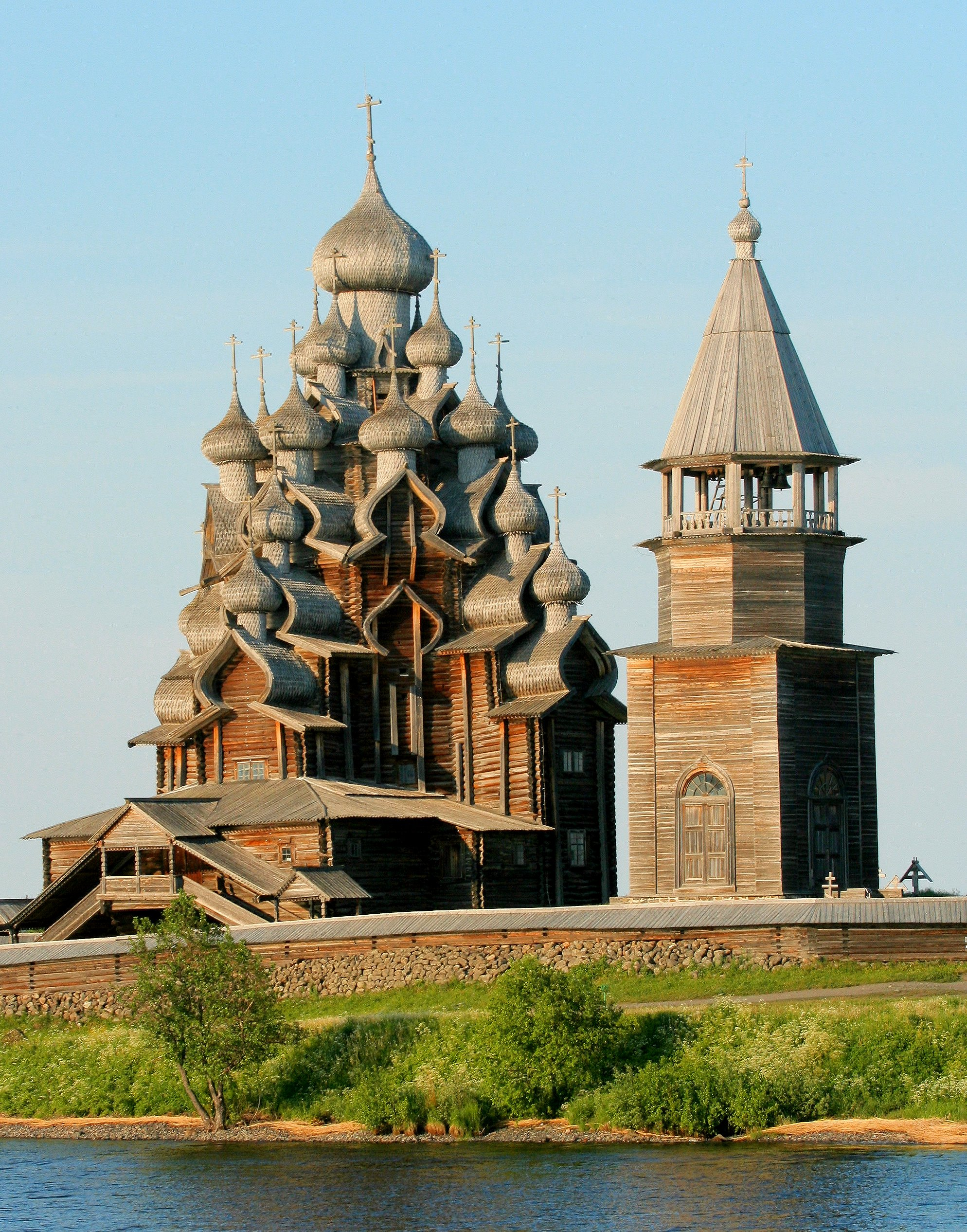 'Kizhi church 1' by User:MatthiasKabel (Own work) [GFDL (http://www.gnu.org/copyleft/fdl.html) or CC-BY-SA-3.0 (http://creativecommons.org/licenses/by-sa/3.0/)], via Wikimedia Commons