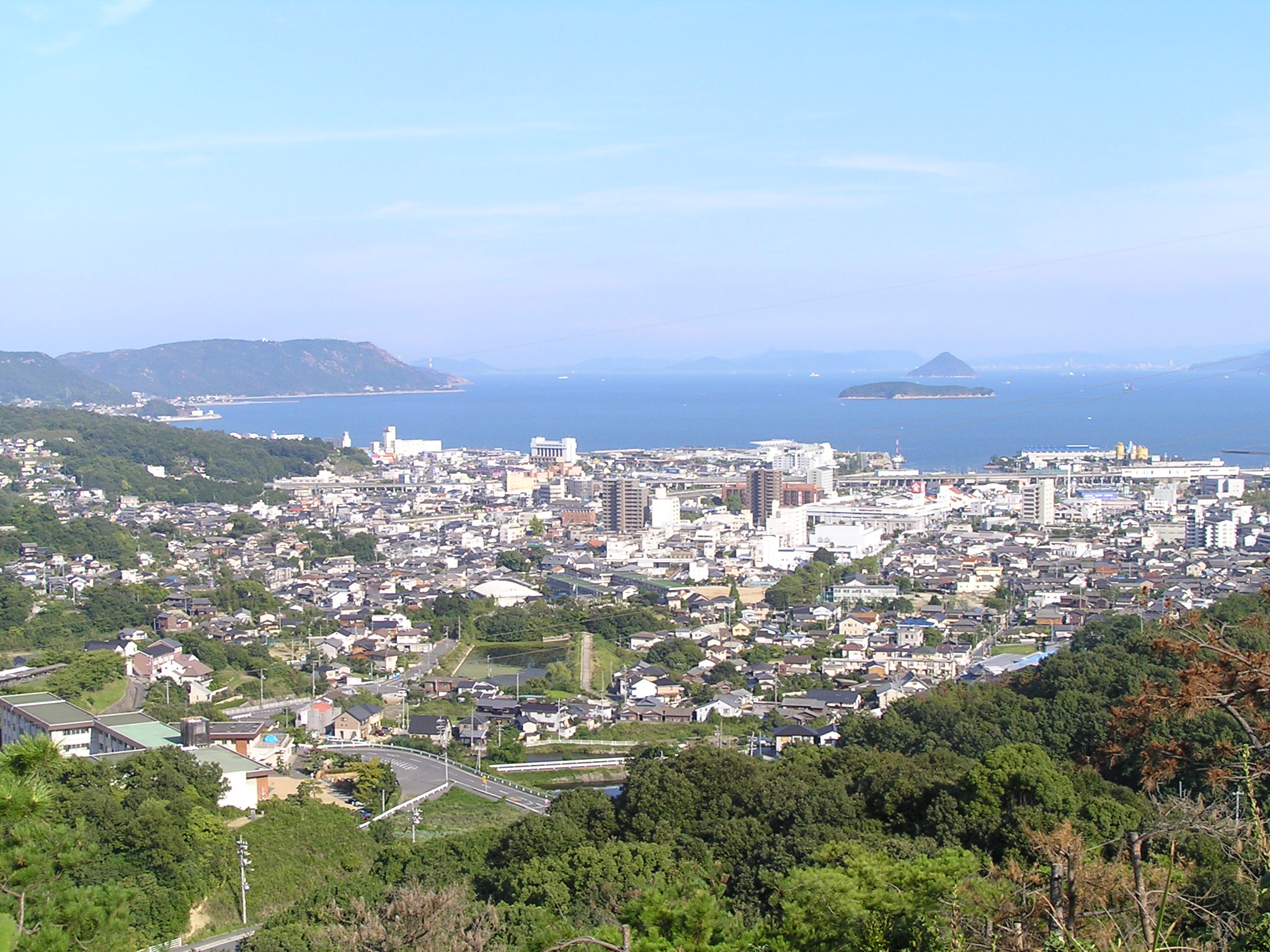 https://upload.wikimedia.org/wikipedia/commons/2/2e/Kurashiki_City_Kojima_town_seen_from_Washuzan_skyline.JPG