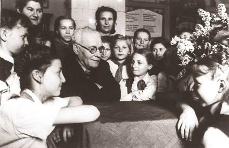 Янка Мавр и пионеры средней школы №44 Минска на встрече, посвящённой 25-летию его литературной деятельности