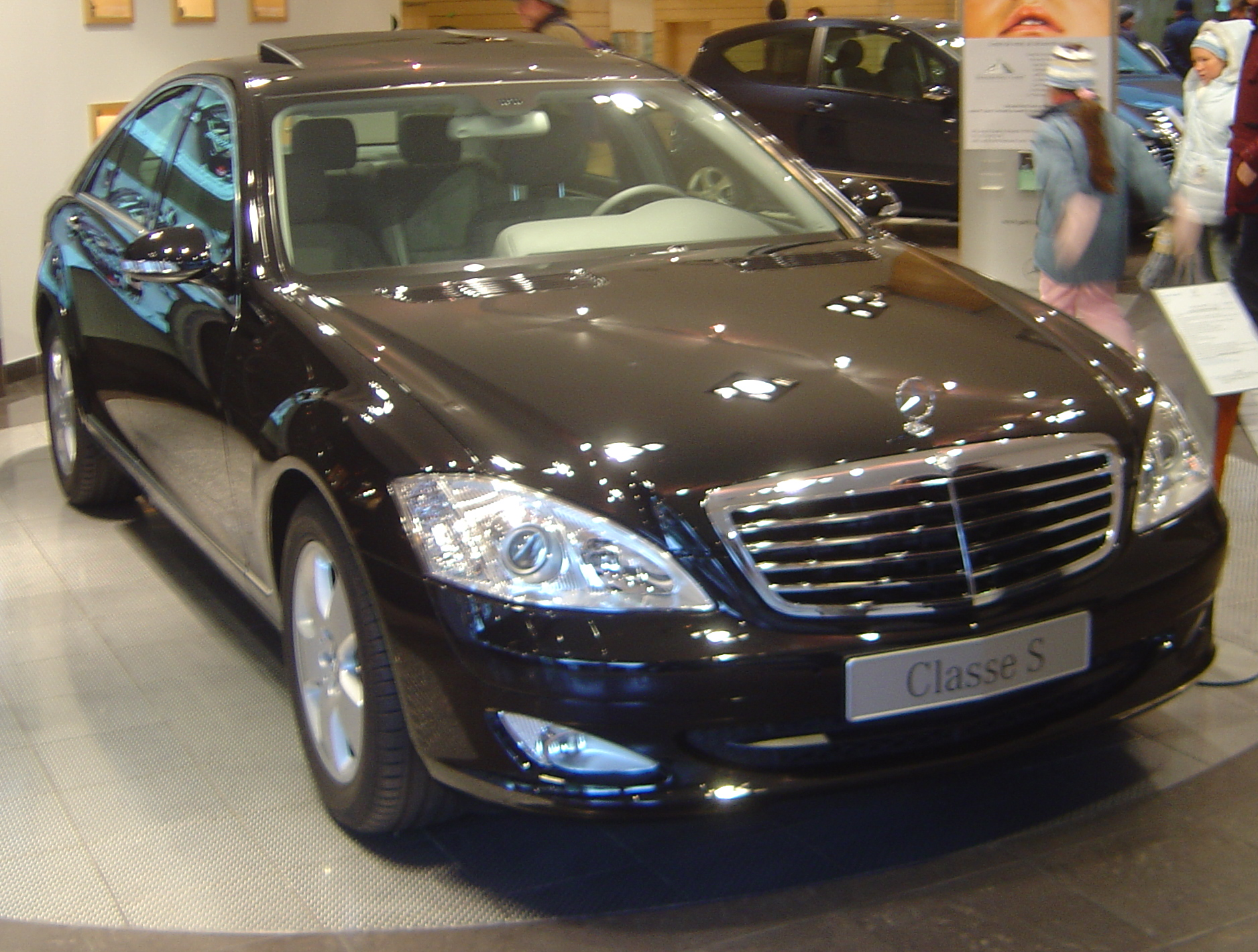 http://upload.wikimedia.org/wikipedia/commons/2/2e/Mercedes_Benz_Classe_S_dsc06455.jpg