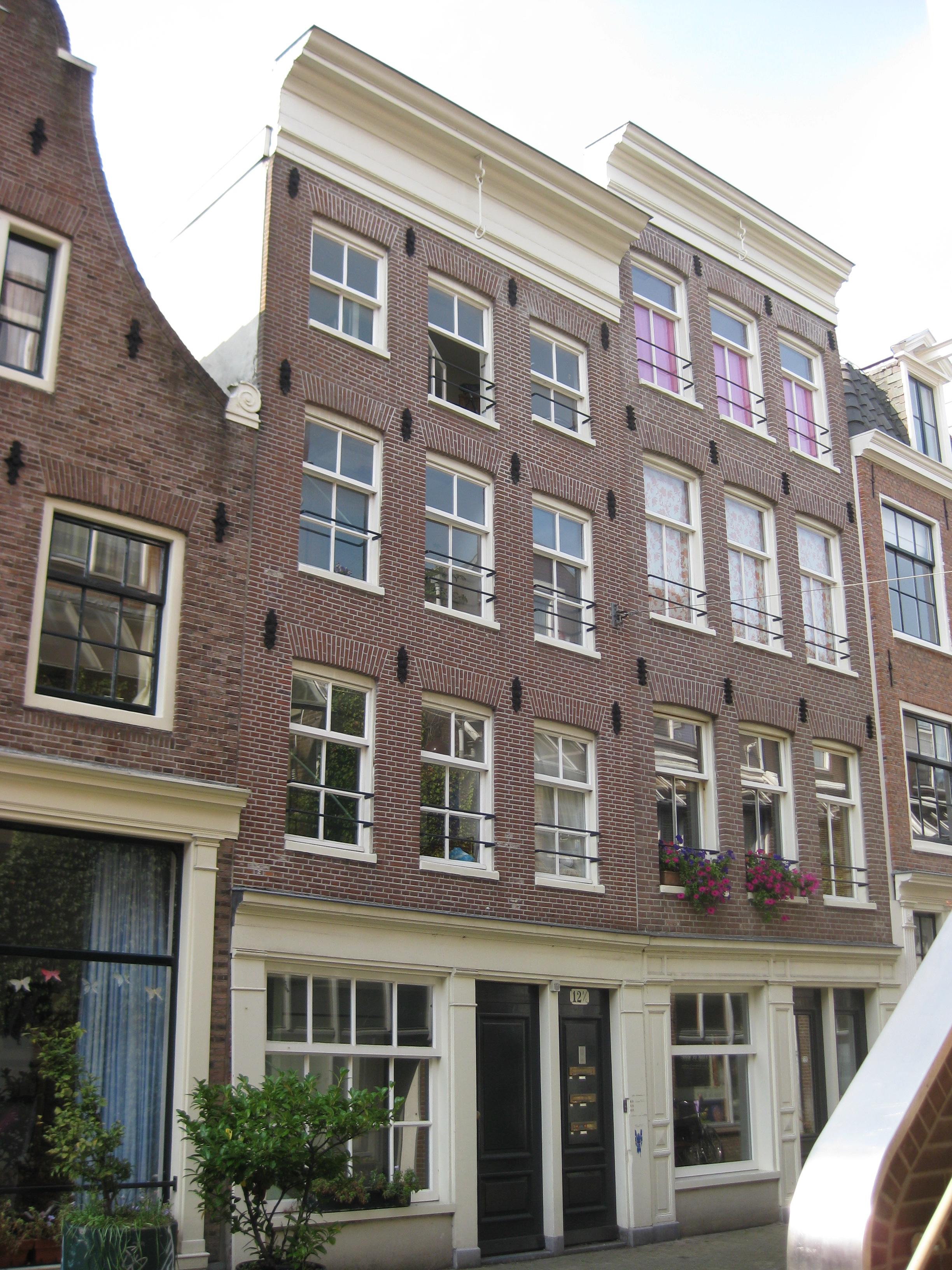 Huis voorzien van een gevel met 19e eeuwse ankers en een rechte lijst in amsterdam monument - Provencaalse huis gevel ...