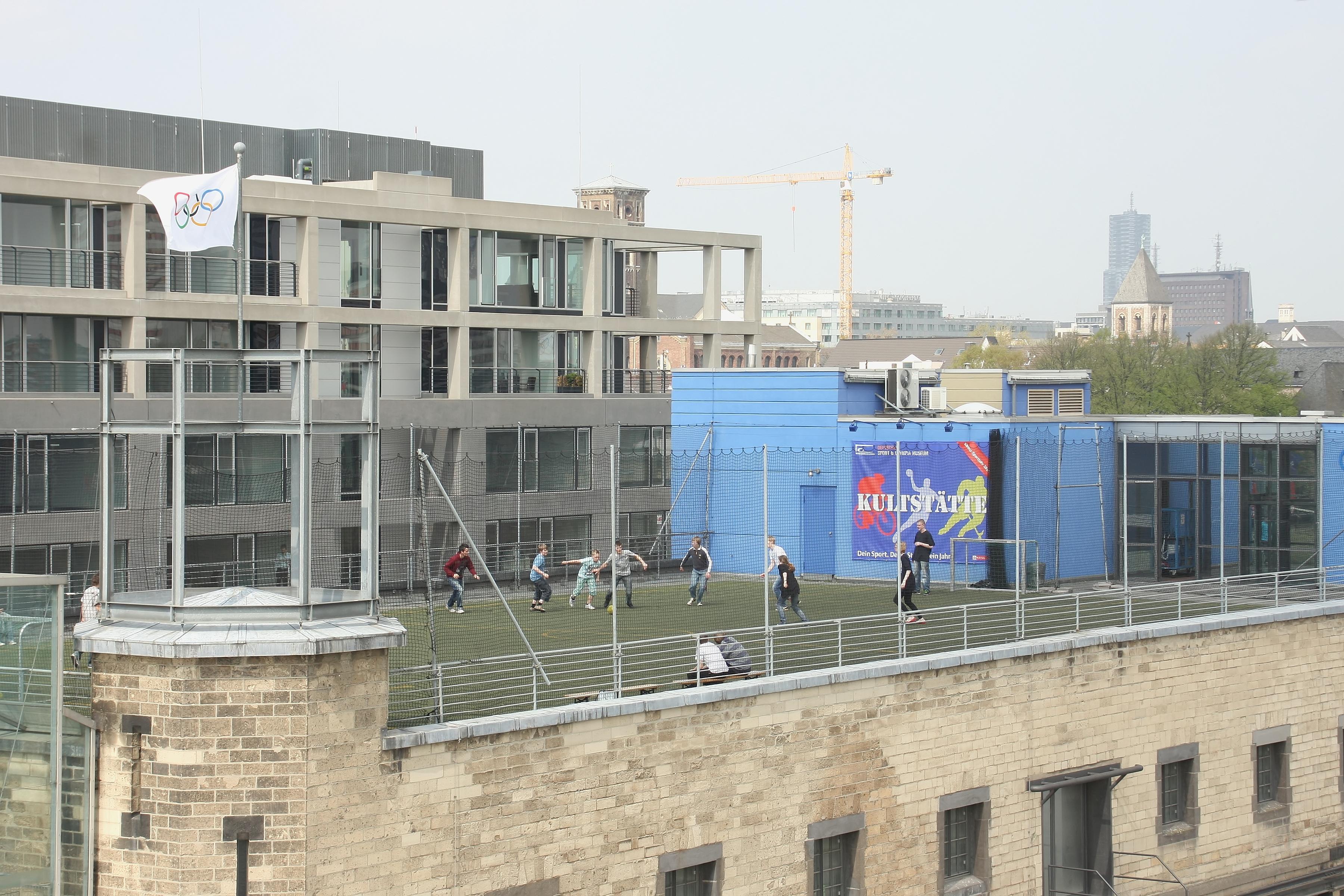 file rheinauhafen sport und olympiamuseum sportplatz auf dem dach 8713 jpg wikimedia