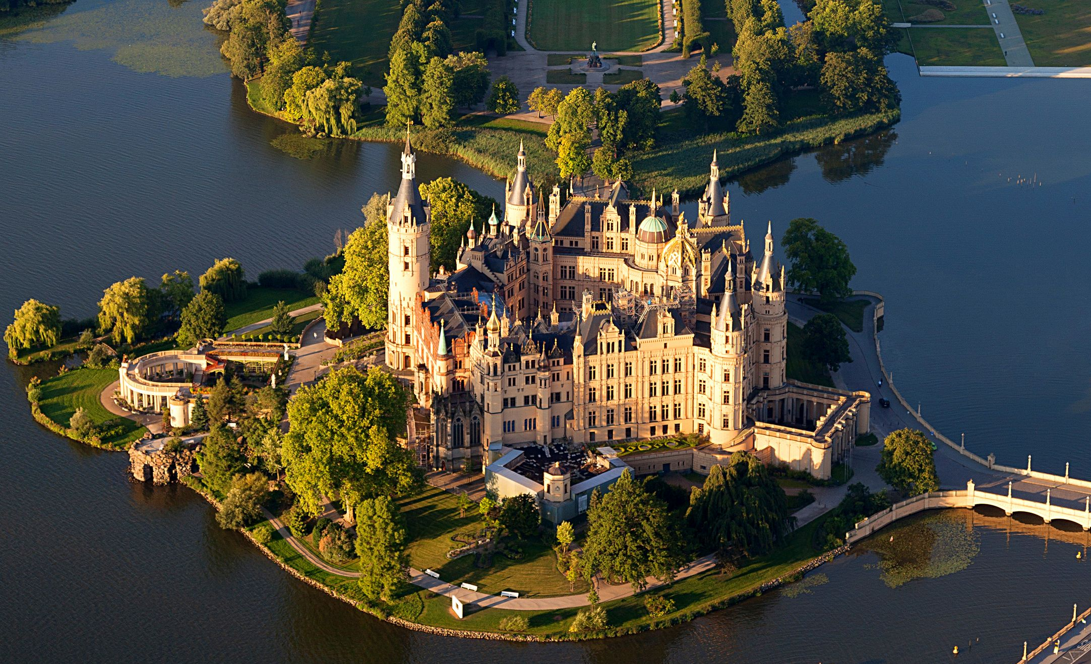 Schwerin_Castle_Aerial_View_Island_Luftbild_Schweriner_Schloss_Insel_See_%28cropped%29.jpg