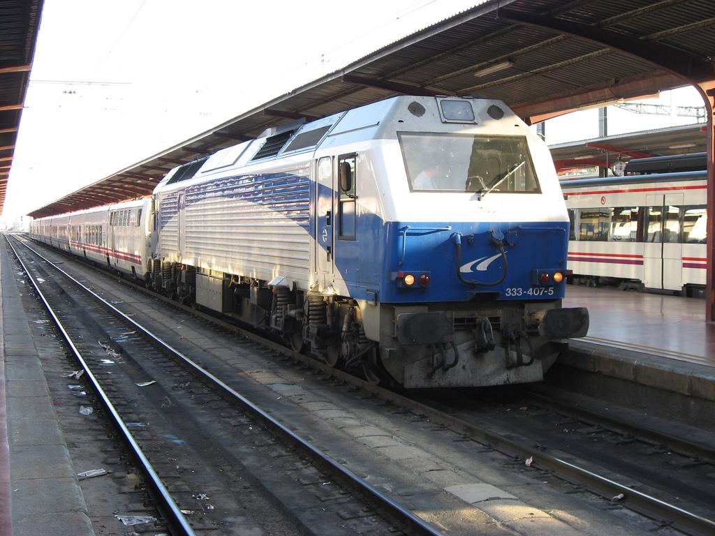333.407 con coches Talgo en Madrid Chamartin con el Lusitania Express. Foto de Miguel en 2010.